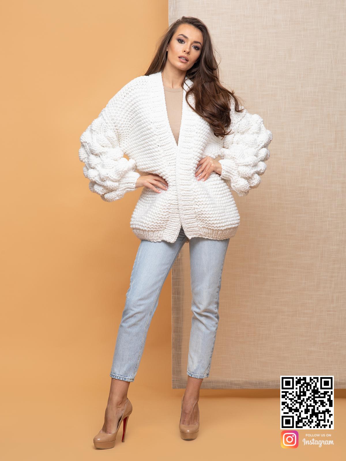 На фотографии женский кардиган на лето от Shapar, бренда вязаной одежды ручной работы в интернет-магазине связанных спицами вещей.