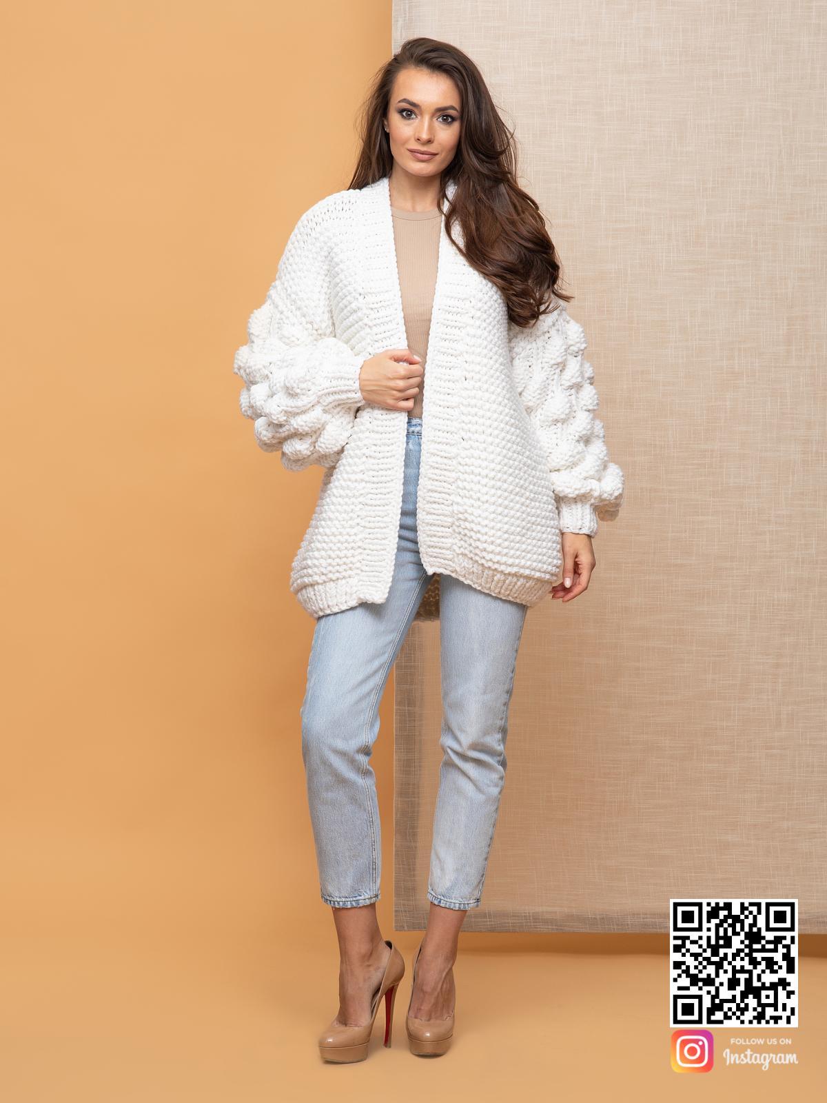 На четвертой фотографии женский кардиган на лето с объемными рукавами от Shapar, бренда вязаной одежды ручной работы в интернет-магазине связанных спицами вещей.