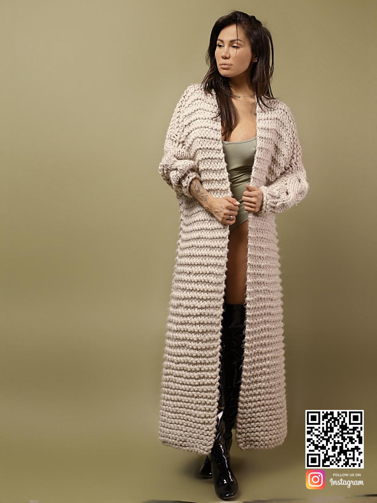 На фотографии женский кардиган с косой от Shapar, бренда вязаной одежды ручной работы в интернет-магазине связанных спицами вещей.