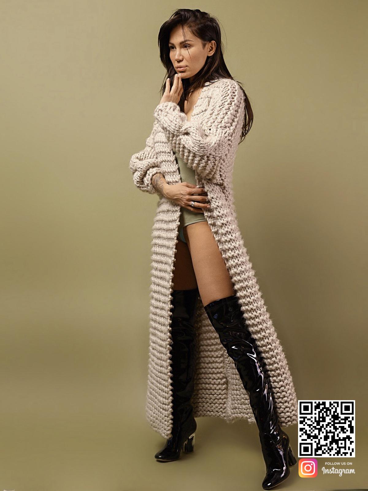 На четвертой фотографии бежевый женский кардиган с косой от Shapar, бренда вязаной одежды ручной работы в интернет-магазине связанных спицами вещей.