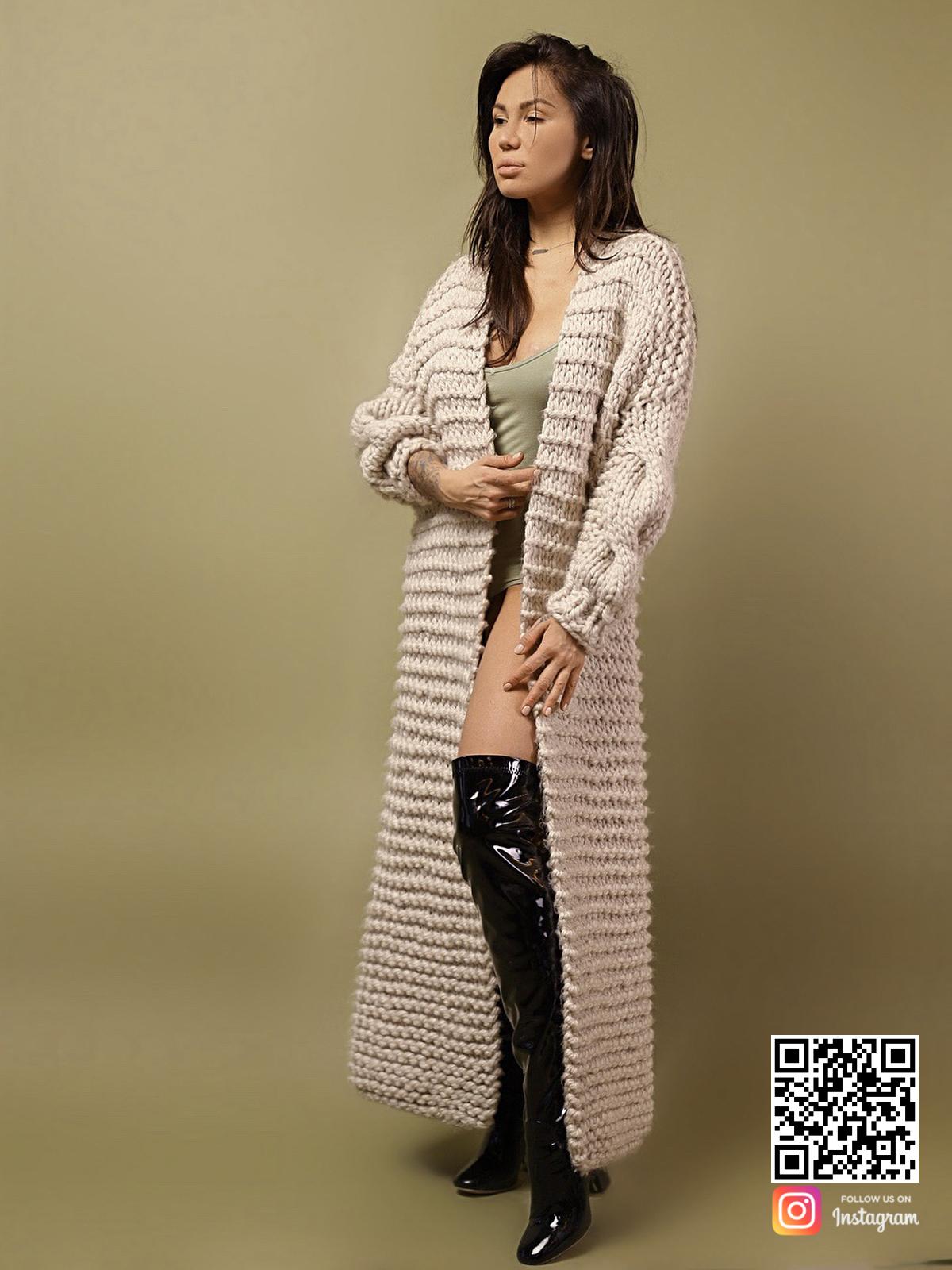 На шестой фотографии женский кардиган с косой бежевого цвета от Shapar, бренда вязаной одежды ручной работы в интернет-магазине связанных спицами вещей.