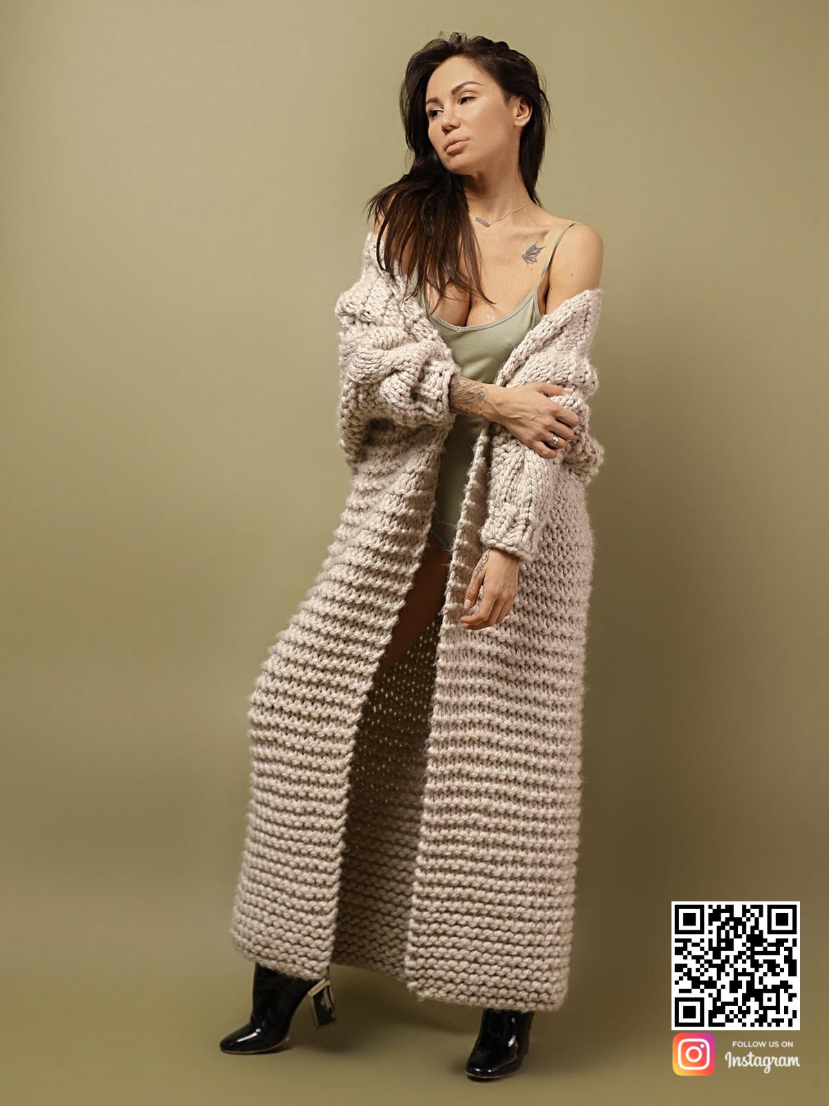 На седьмой фотографии женский кардиган с косой из альпаки от Shapar, бренда вязаной одежды ручной работы в интернет-магазине связанных спицами вещей.