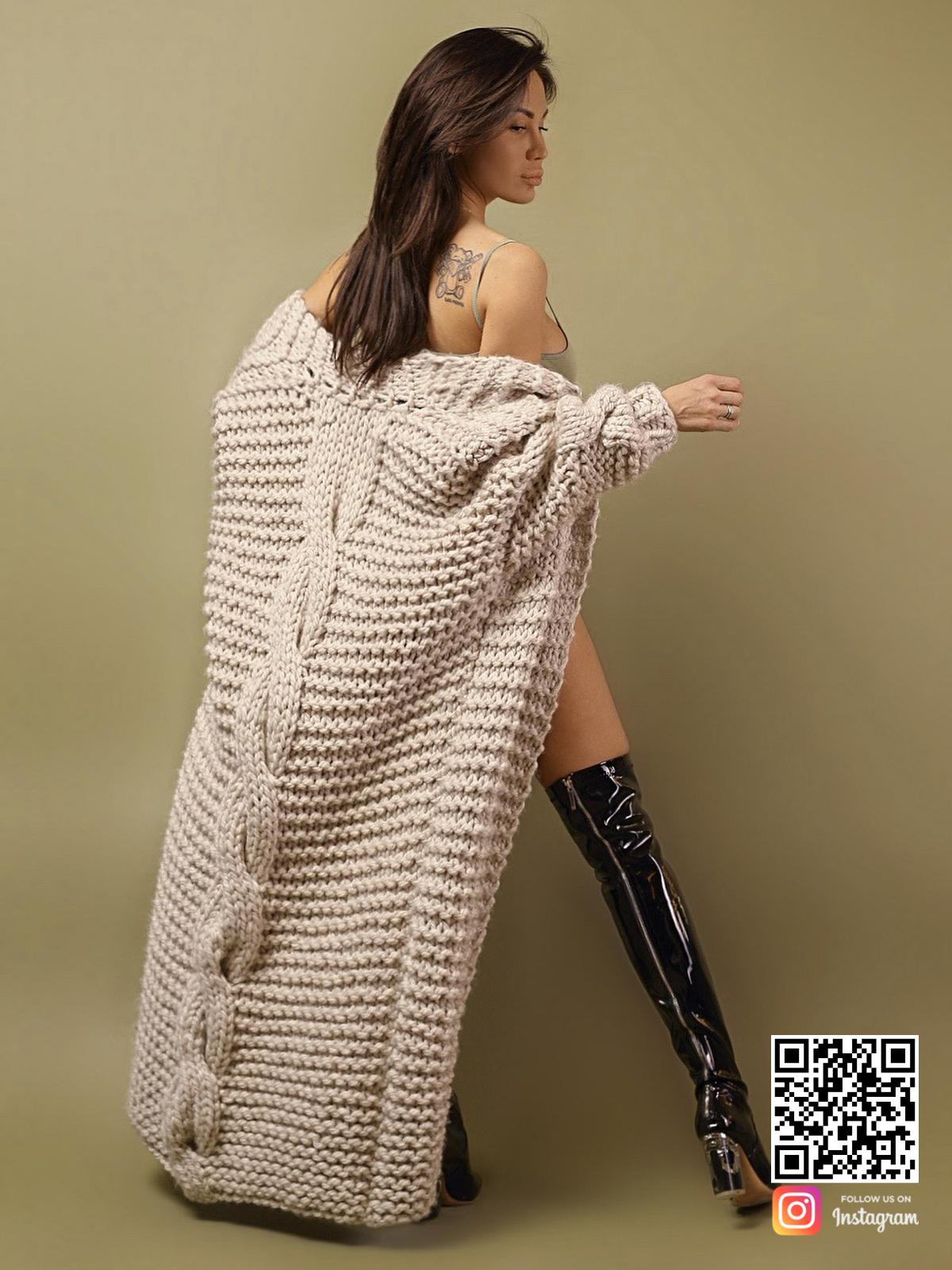 На второй фотографии женский кардиган с косой на спине от Shapar, бренда вязаной одежды ручной работы в интернет-магазине связанных спицами вещей.