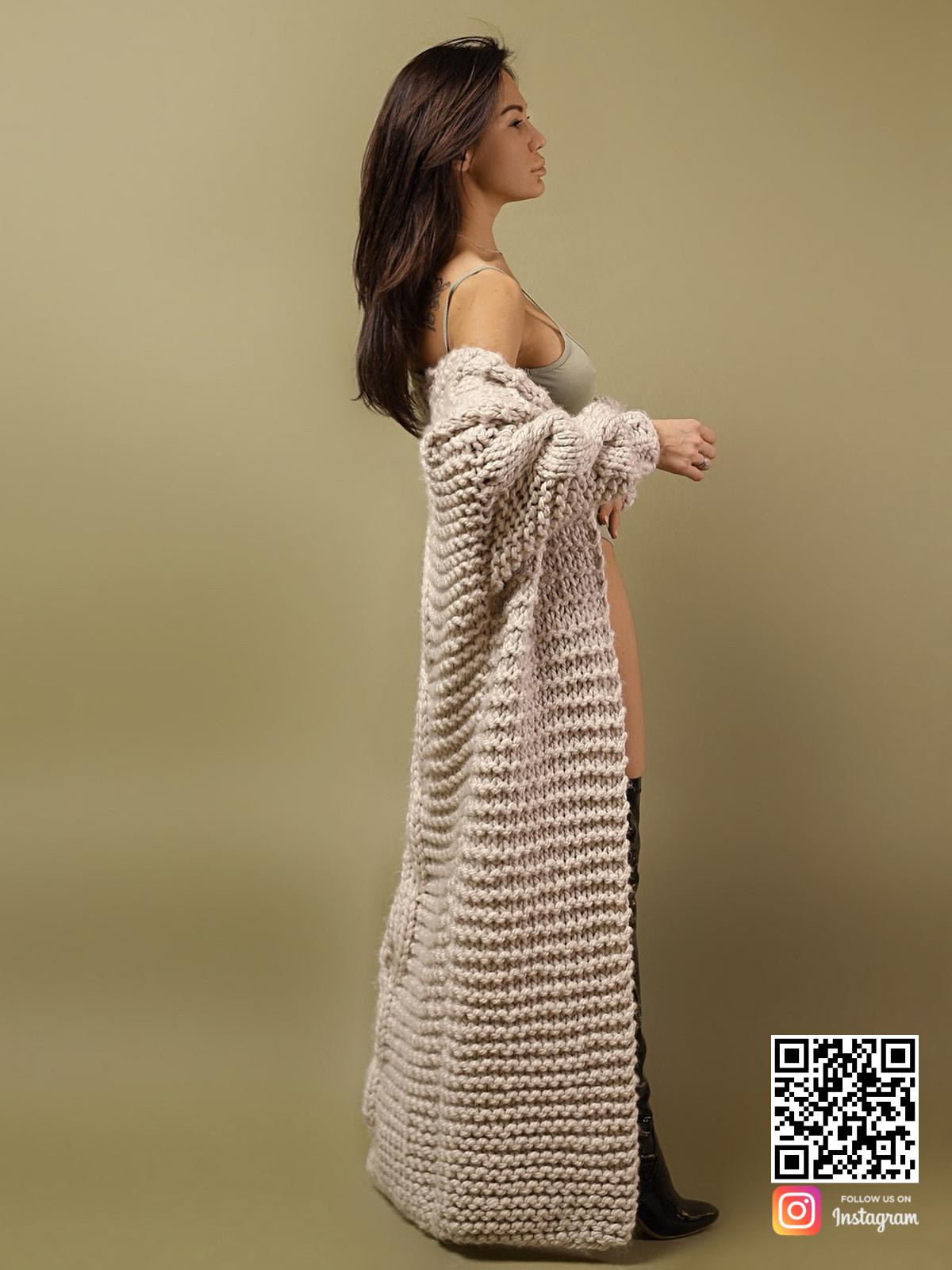 На третьей фотографии женский кардиган с косой крупной вязки от Shapar, бренда вязаной одежды ручной работы в интернет-магазине связанных спицами вещей.