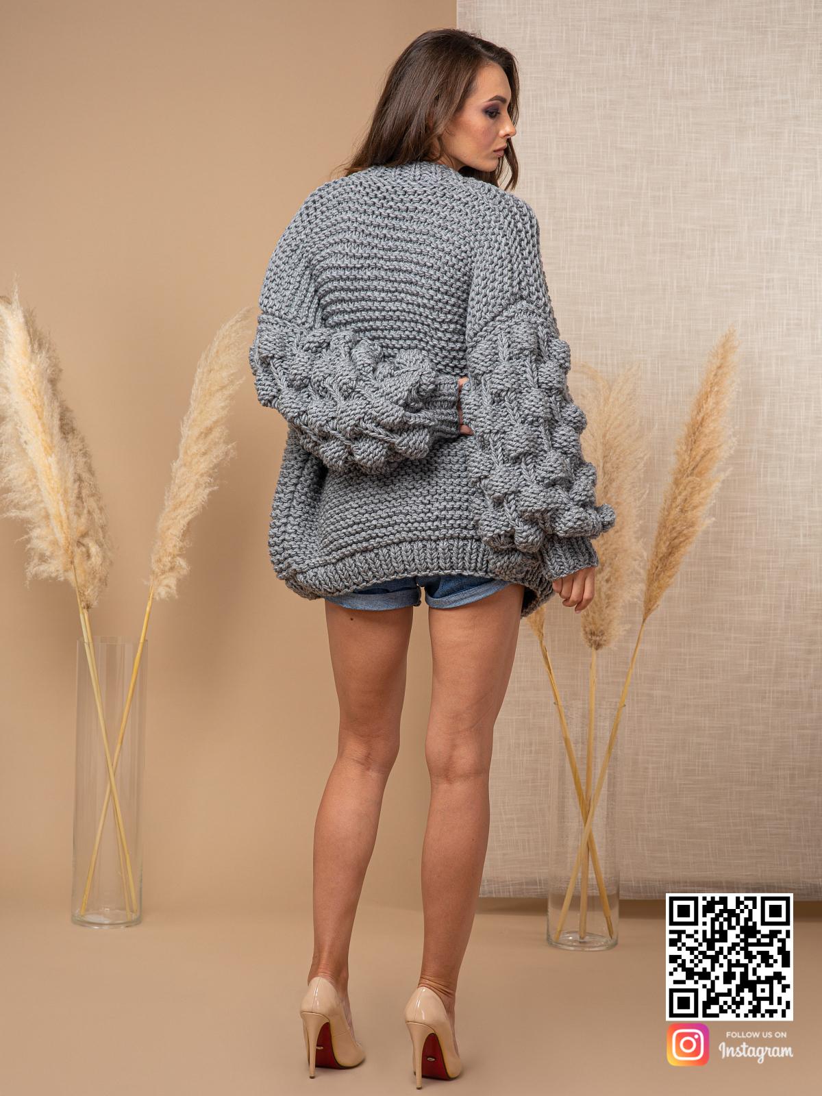 На второй фотографии кардиган с объемными рукавами со спины от Shapar, бренда вязаной одежды ручной работы в интернет-магазине связанных спицами вещей.