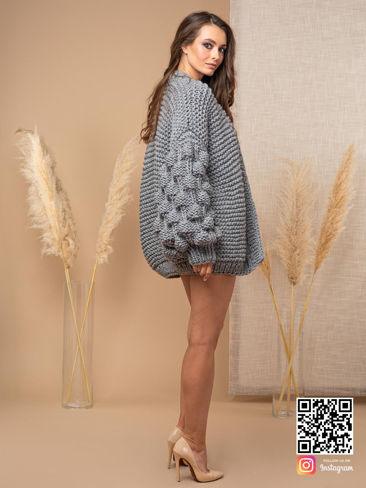 На четвертой фотографии кардиган с объемными рукавами крупным планом от Shapar, бренда вязаной одежды ручной работы в интернет-магазине связанных спицами вещей.