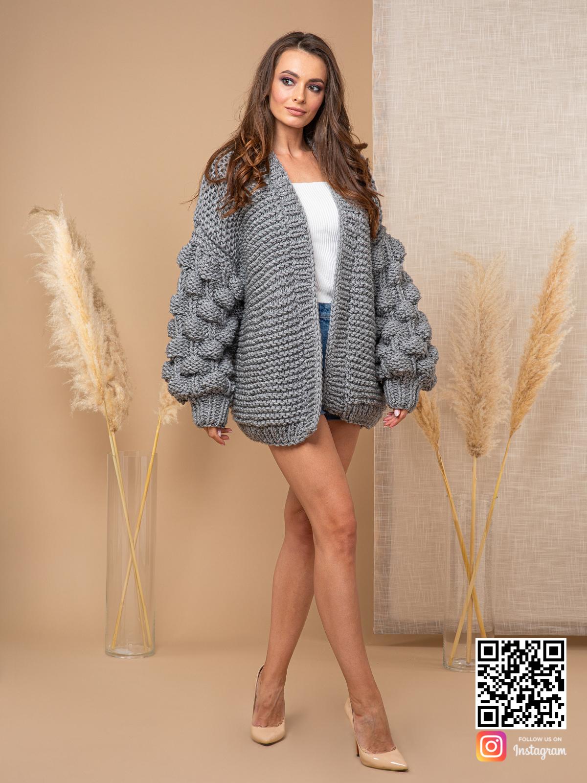 На шестой фотографии стильный кардиган с объемными рукавами от Shapar, бренда вязаной одежды ручной работы в интернет-магазине связанных спицами вещей.