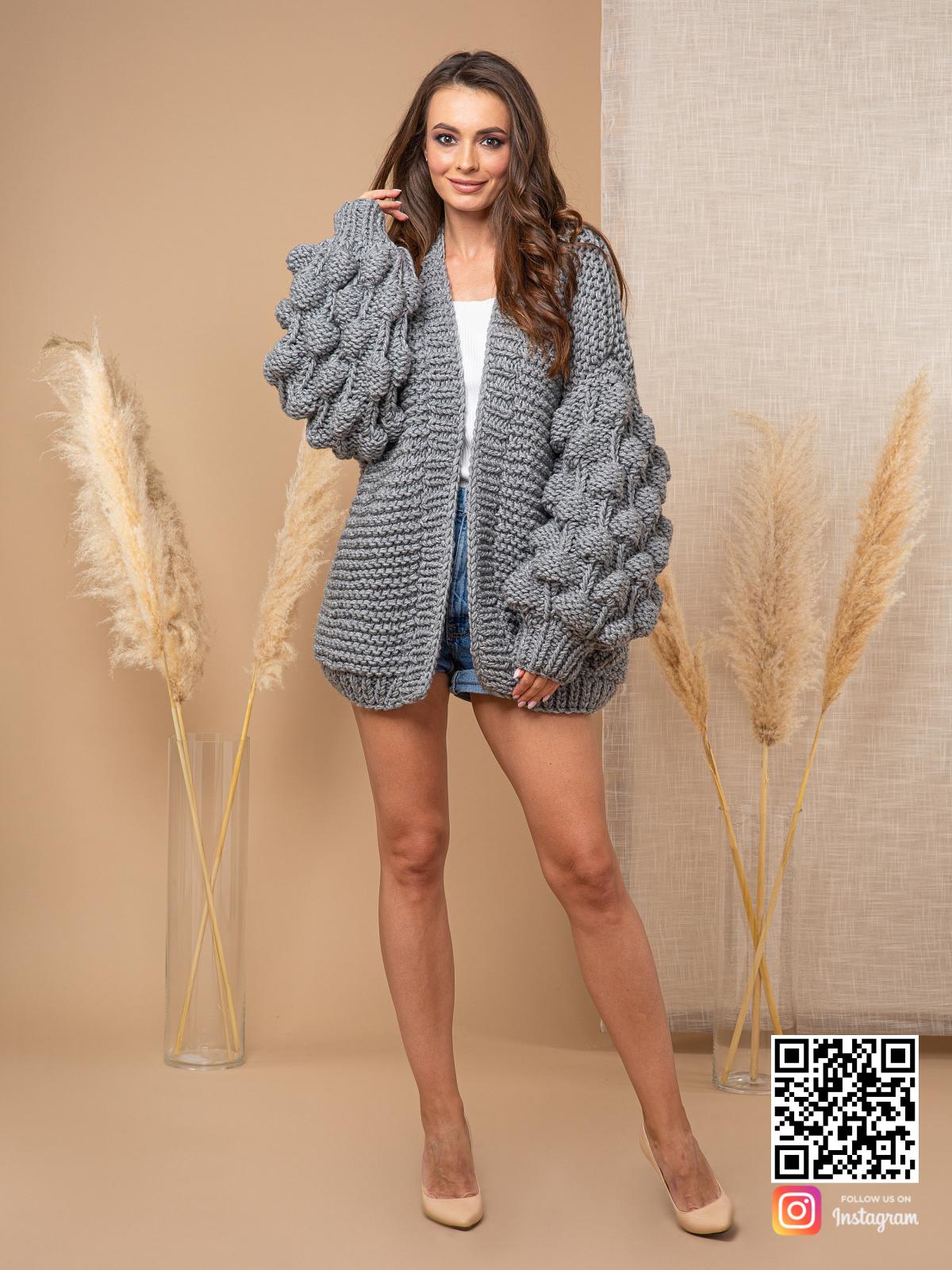 На пятой фотографии модный кардиган с объемными рукавами от Shapar, бренда вязаной одежды ручной работы в интернет-магазине связанных спицами вещей.