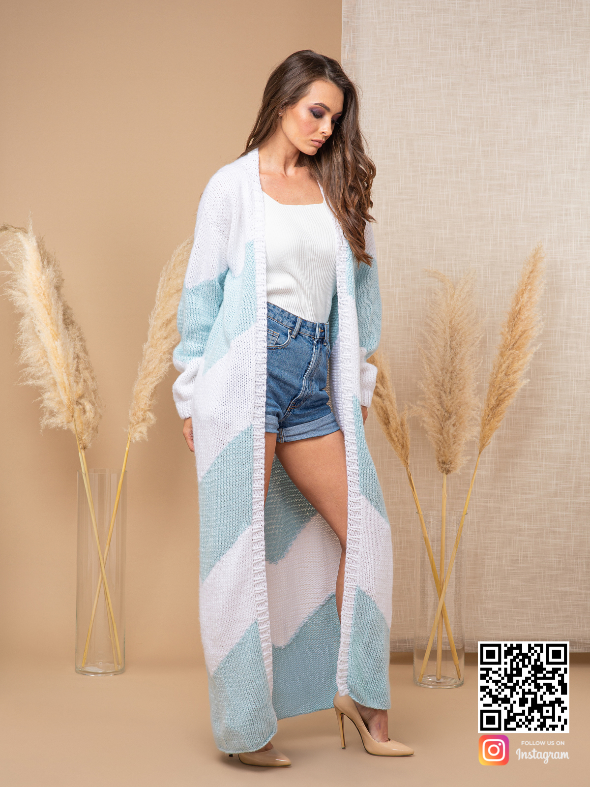 На третьей фотографии женский кардиган с орнаментом бело-голубого цвета от Shapar, бренда вязаной одежды ручной работы в интернет-магазине связанных спицами вещей.