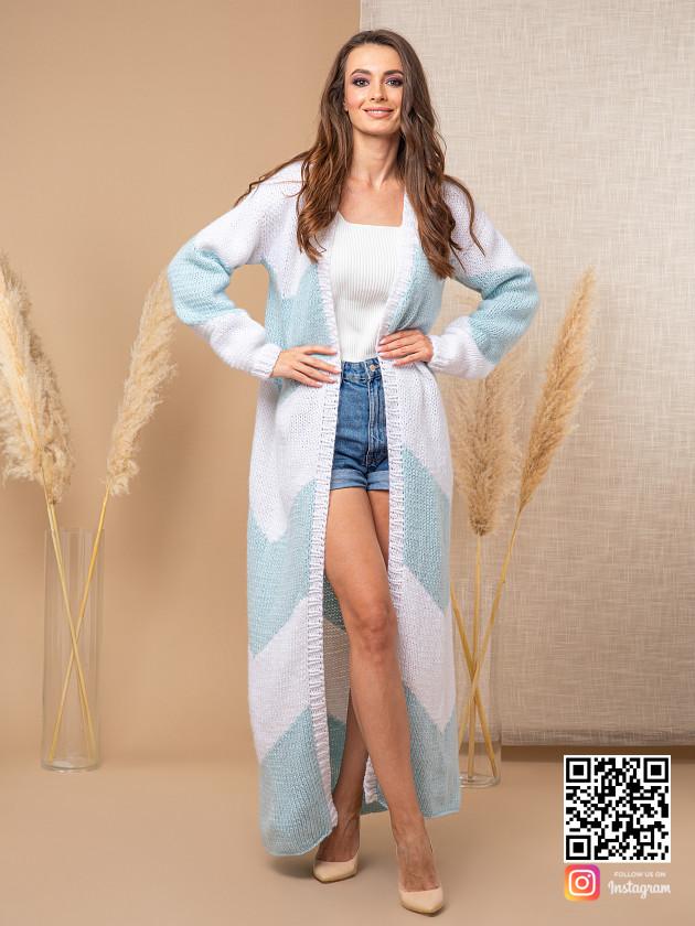 На фотографии женский кардиган с орнаментом от Shapar, бренда вязаной одежды ручной работы в интернет-магазине связанных спицами вещей.