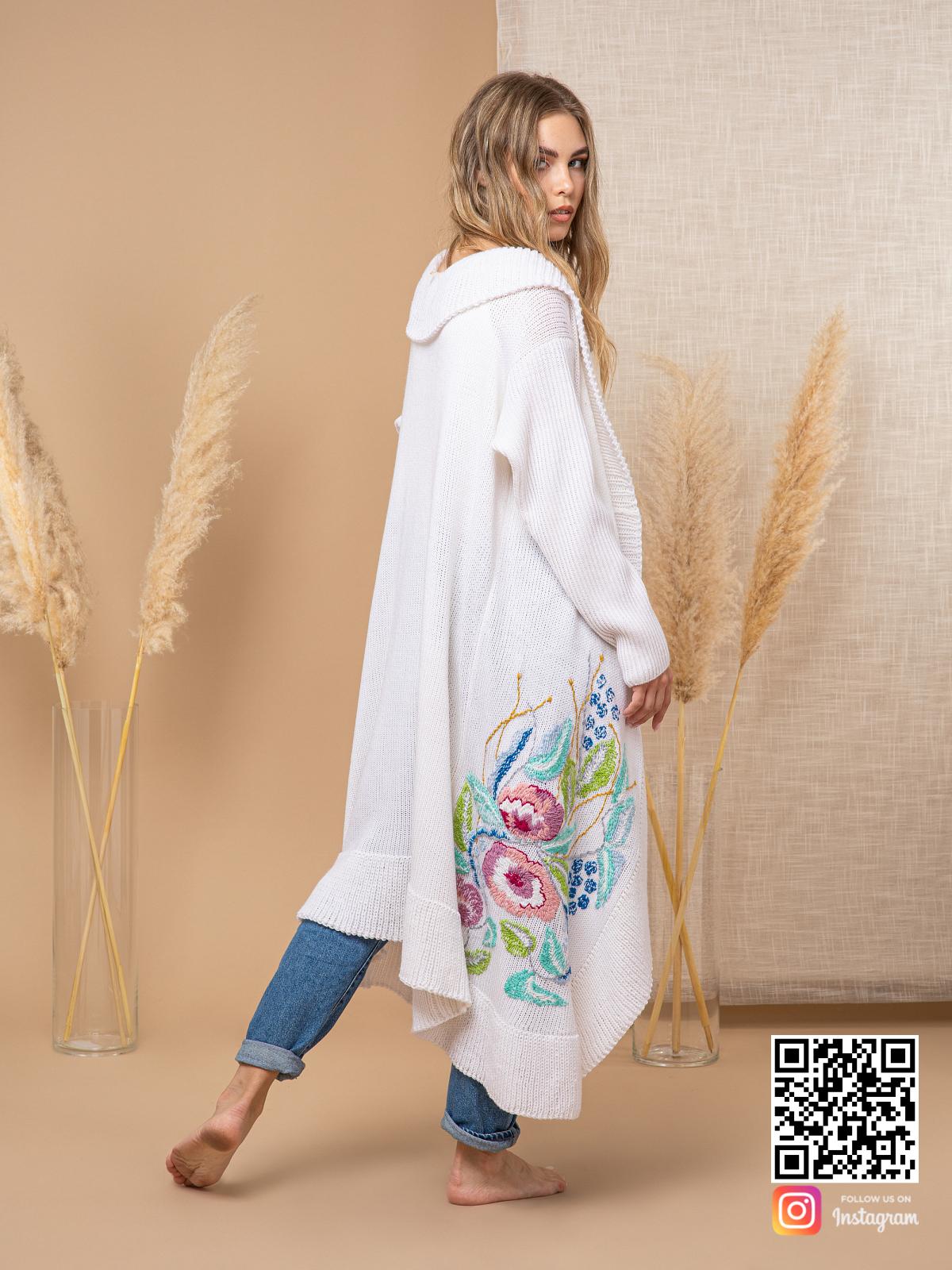 На второй фотографии женский кардиган с вышивкой со спины от Shapar, бренда вязаной одежды ручной работы в интернет-магазине связанных спицами вещей.