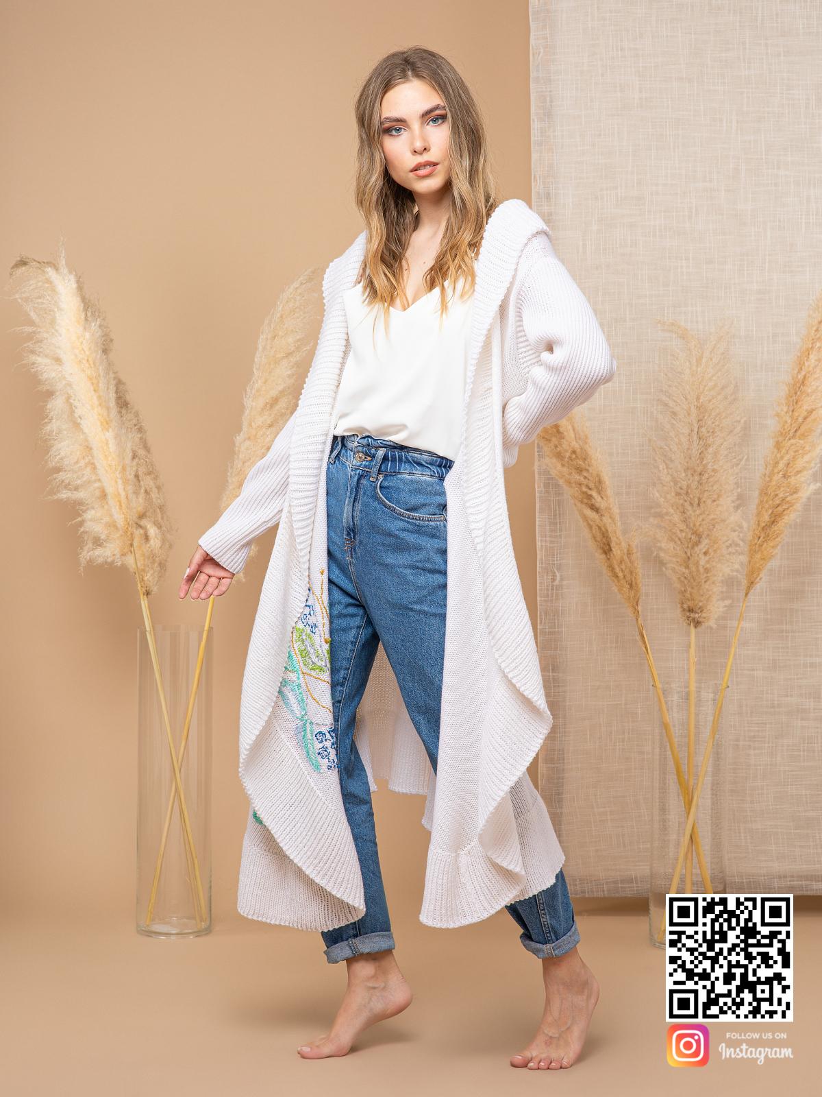 На шестой фотографии длинный женский кардиган с узором из цветов от Shapar, бренда вязаной одежды ручной работы в интернет-магазине связанных спицами вещей.