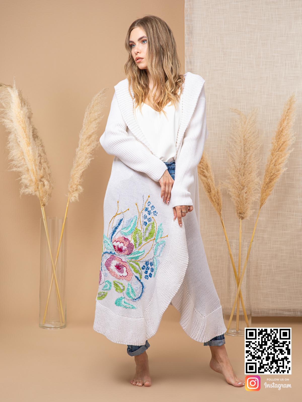 На третьей фотографии женский кардиган с вышивкой из цветов от Shapar, бренда вязаной одежды ручной работы в интернет-магазине связанных спицами вещей.