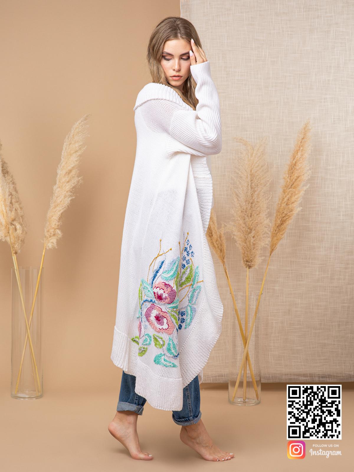 На пятой фотографии стильный кардиган с вышивкой для девушек и женщин от Shapar, бренда вязаной одежды ручной работы в интернет-магазине связанных спицами вещей.