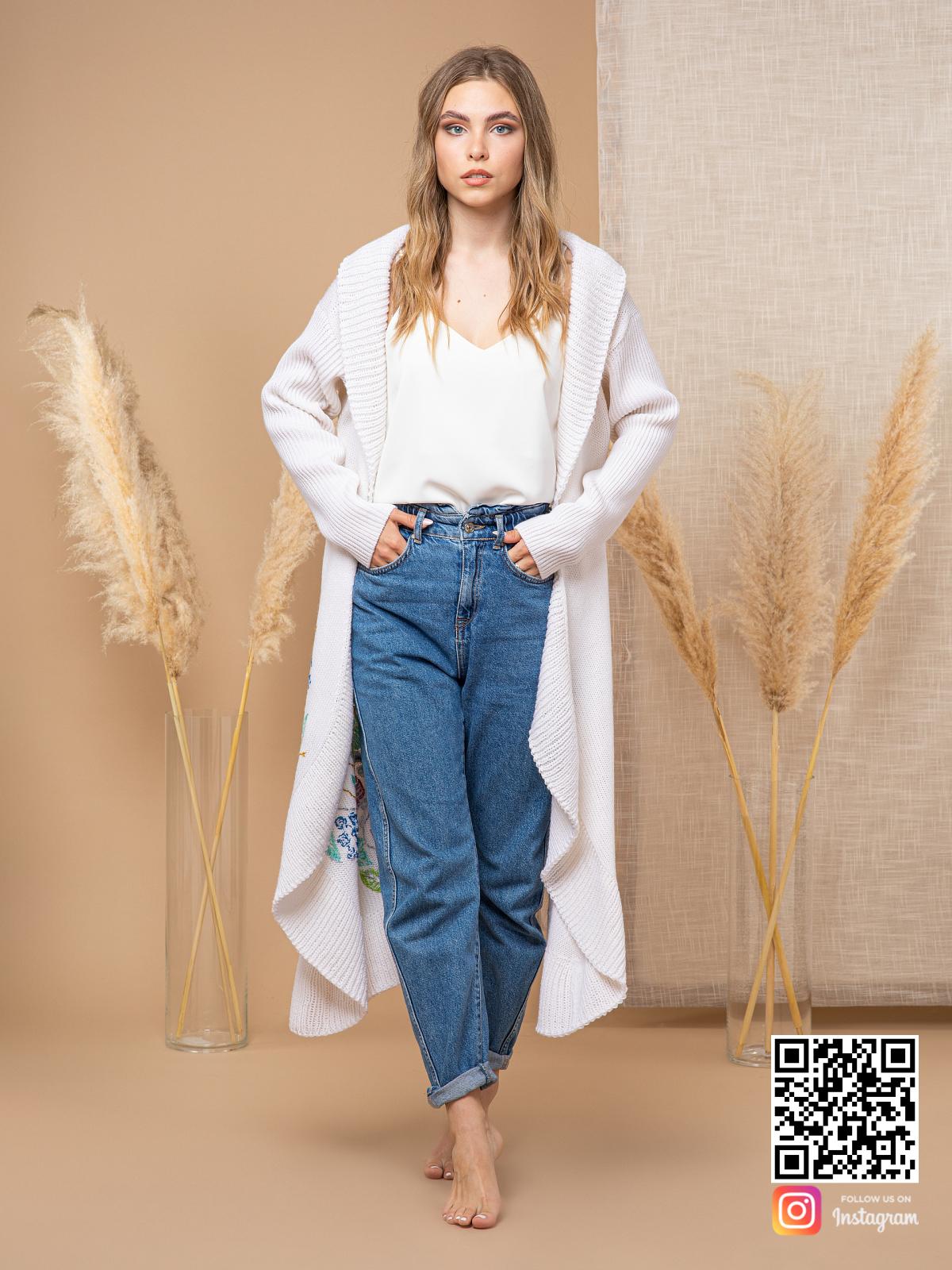 На четвертой фотографии модный женский кардиган с вышивкой белого цвета от Shapar, бренда вязаной одежды ручной работы в интернет-магазине связанных спицами вещей.