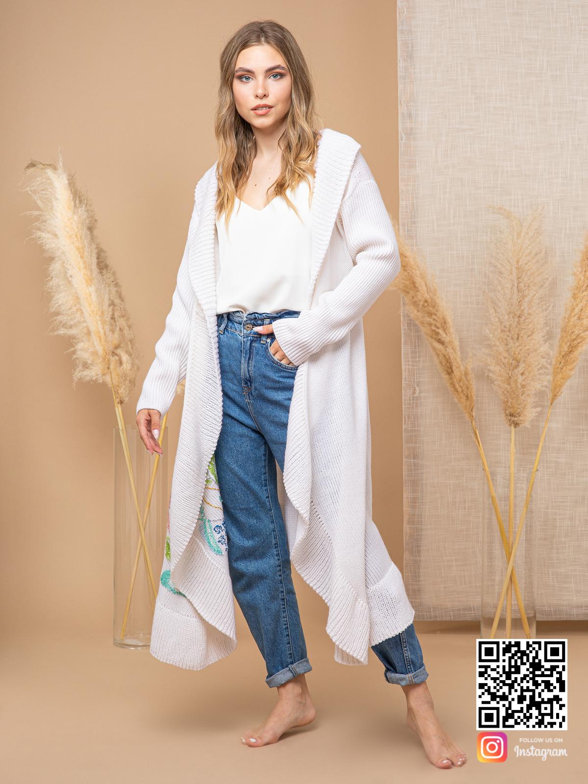 На фотографии женский кардиган с вышивкой от Shapar, бренда вязаной одежды ручной работы в интернет-магазине связанных спицами вещей.