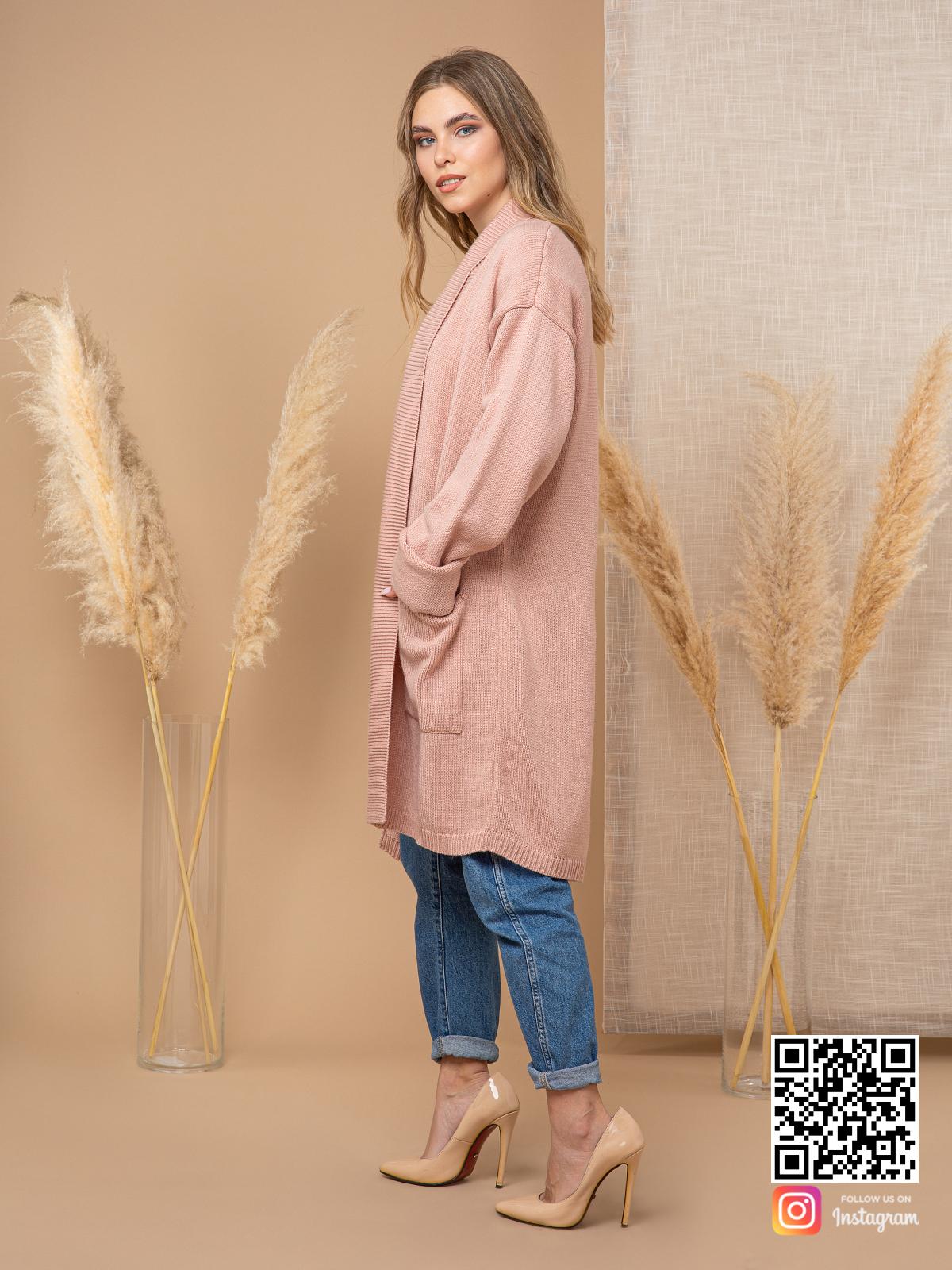 На третьей фотографии кремовый кардиган трикотажный женский от Shapar, бренда вязаной одежды ручной работы в интернет-магазине связанных спицами вещей.