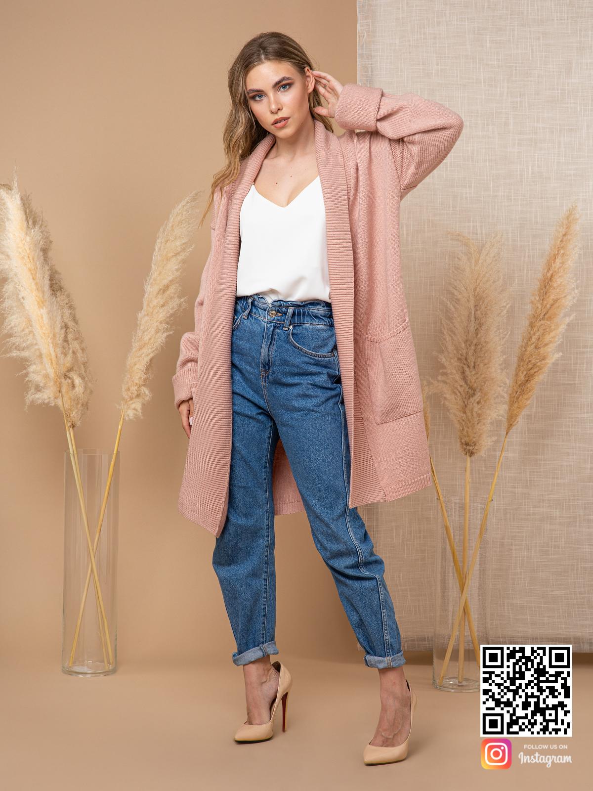 На пятой фотографии модный женский трикотажный кардиган от Shapar, бренда вязаной одежды ручной работы в интернет-магазине связанных спицами вещей.