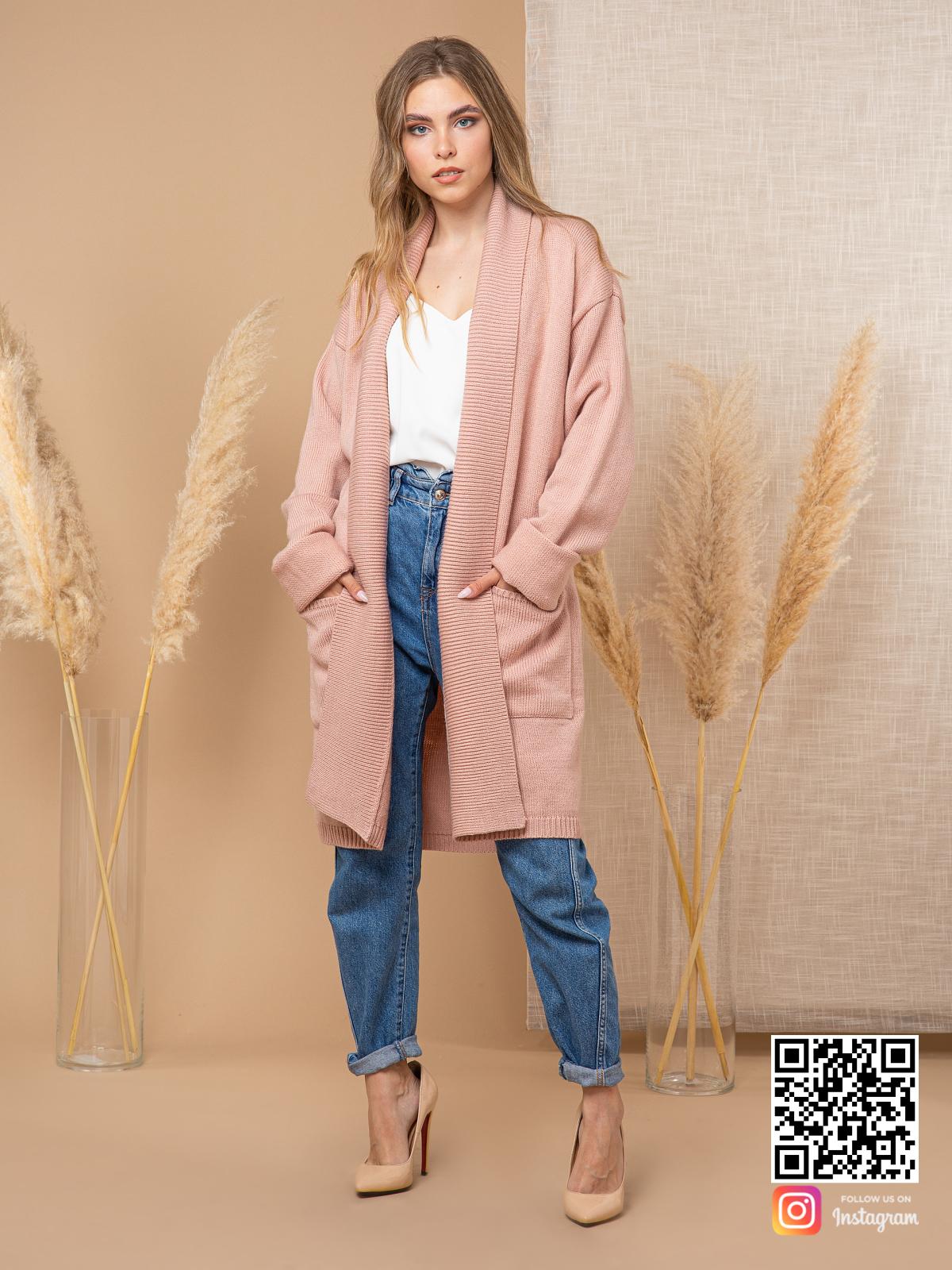 На фотографии кардиган трикотажный женский от Shapar, бренда вязаной одежды ручной работы в интернет-магазине связанных спицами вещей.