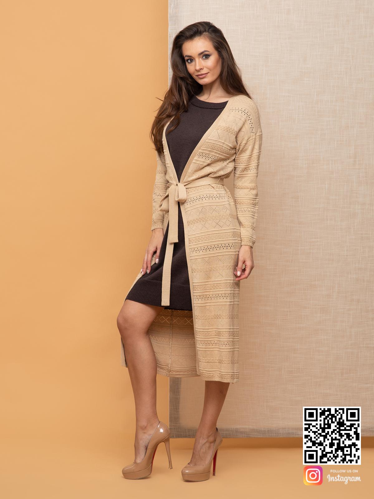 На четвертой фотографии бежевый женский кардиган весенний с поясом от Shapar, бренда вязаной одежды ручной работы в интернет-магазине связанных спицами вещей.