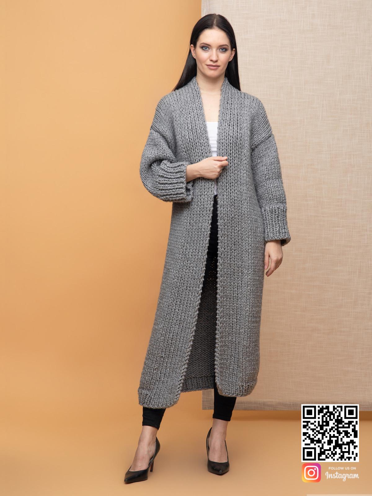 На пятой фотографии классический женский кардиган крупной вязки от Shapar, бренда вязаной одежды ручной работы в интернет-магазине связанных спицами вещей.
