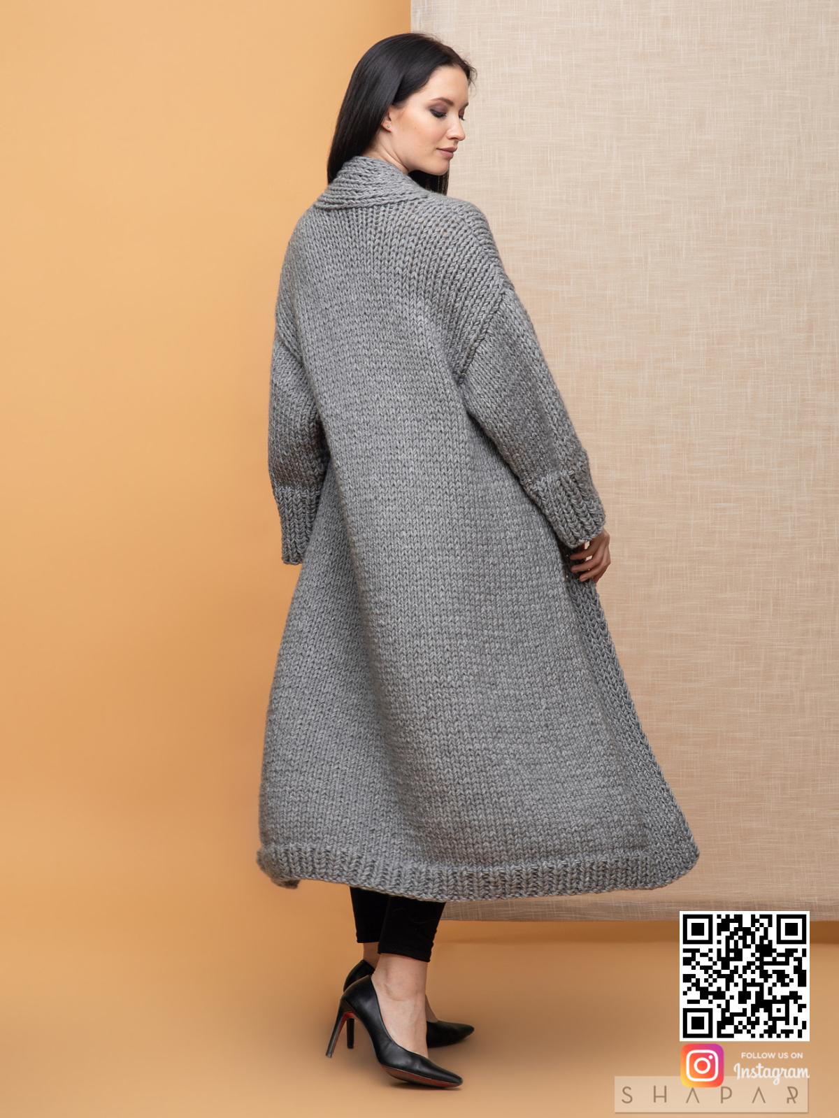 На четвертой фотографии классический женский кардиган со спины от Shapar, бренда вязаной одежды ручной работы в интернет-магазине связанных спицами вещей.