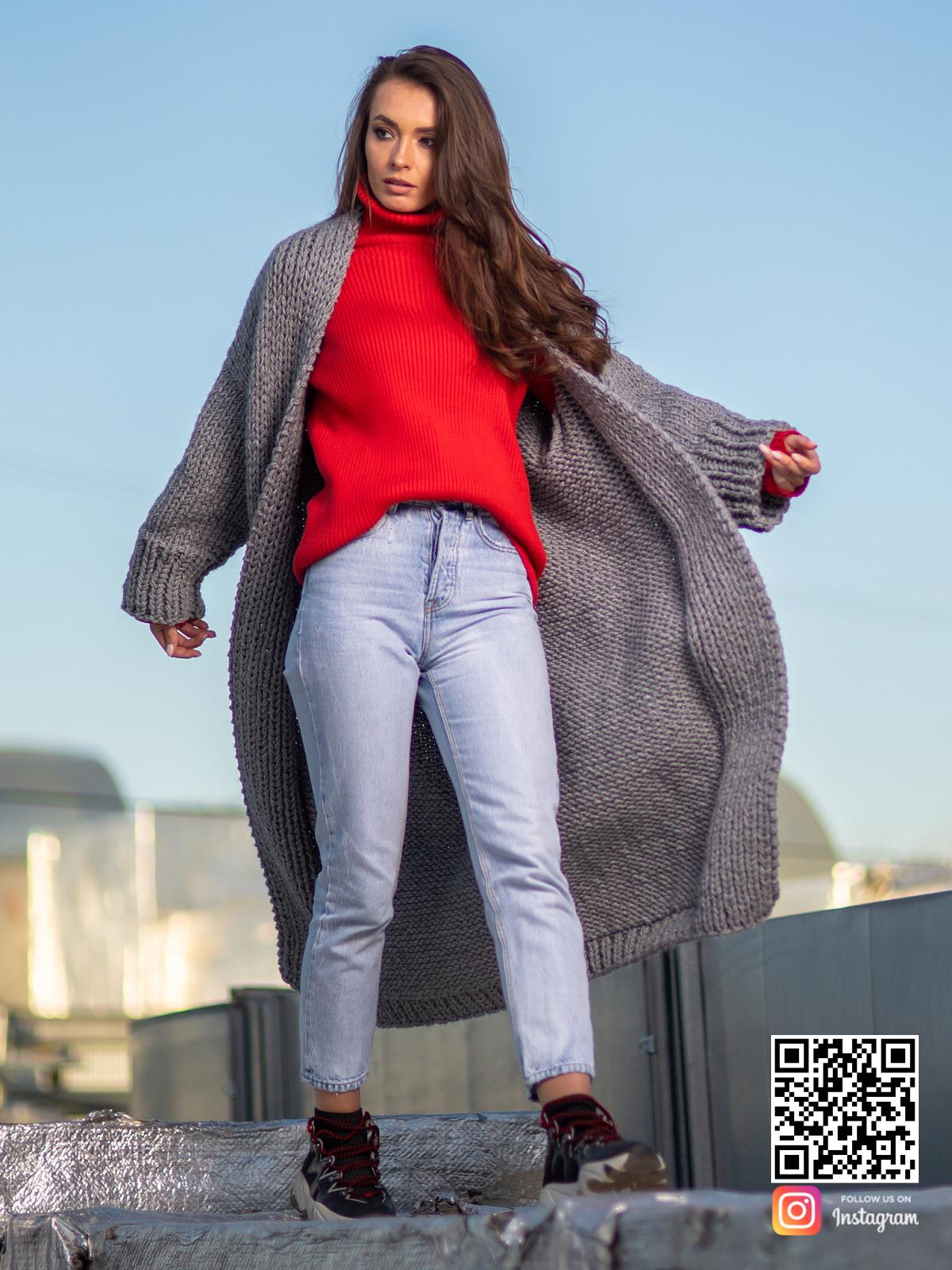 На второй фотографии классический женский кардиган серого цвета от Shapar, бренда вязаной одежды ручной работы в интернет-магазине связанных спицами вещей.