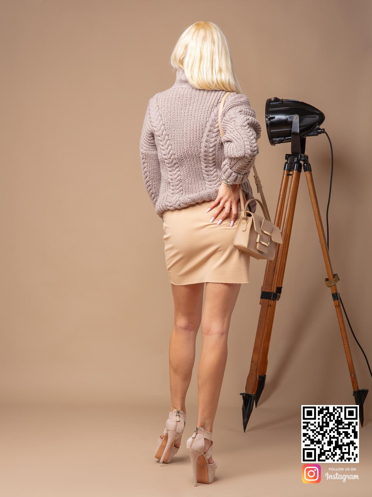 На второй фотографии женский кофейный свитер со спины от Shapar, бренда вязаной одежды ручной работы в интернет-магазине связанных спицами вещей.