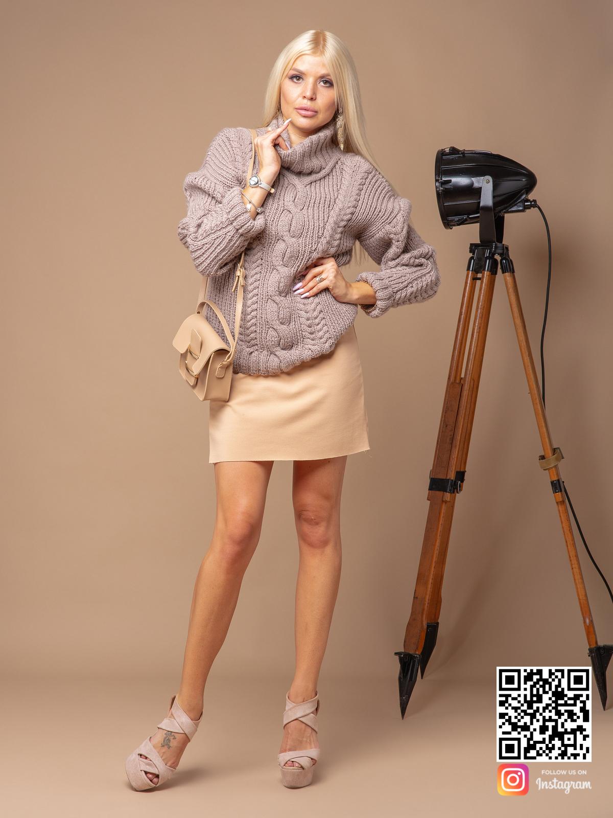 На четвертой фотографии женский свитер кофейного цвета от Shapar, бренда вязаной одежды ручной работы в интернет-магазине связанных спицами вещей.