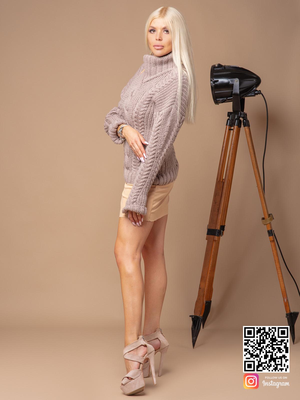 На третьей фотографии модный кофейный свитер с косами для девушек и женщин от Shapar, бренда вязаной одежды ручной работы в интернет-магазине связанных спицами вещей.