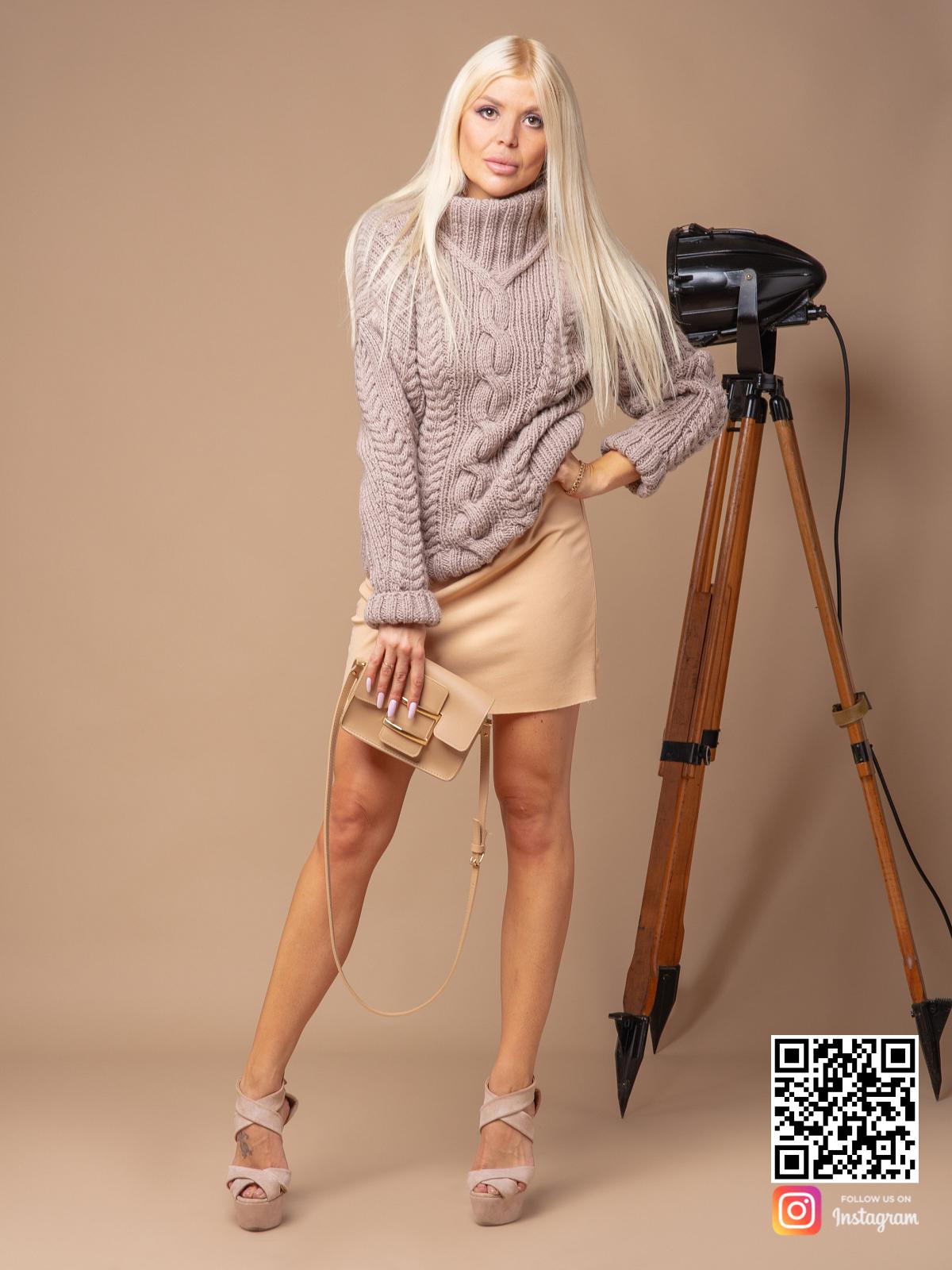 На фотографии женский кофейный свитер от Shapar, бренда вязаной одежды ручной работы в интернет-магазине связанных спицами вещей.