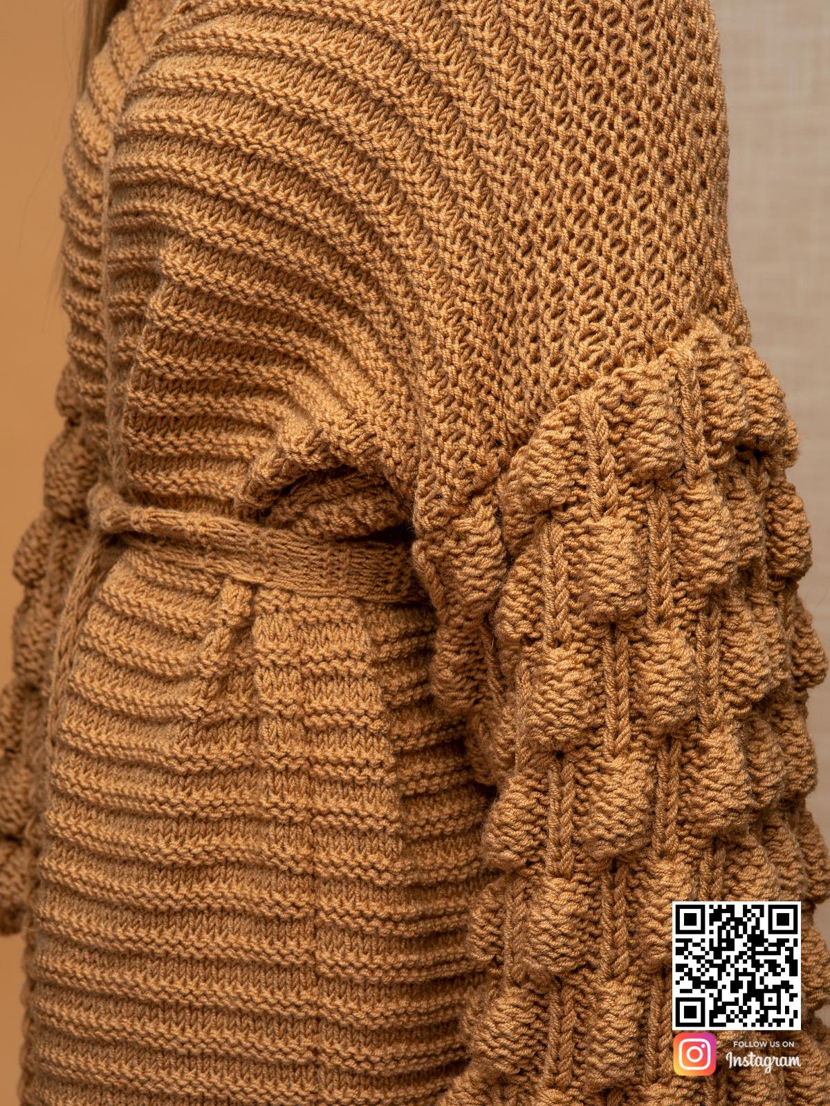 На шестой фотографии коричневый длинный кардиган крупным планом от Shapar, бренда вязаной одежды ручной работы в интернет-магазине связанных спицами вещей.