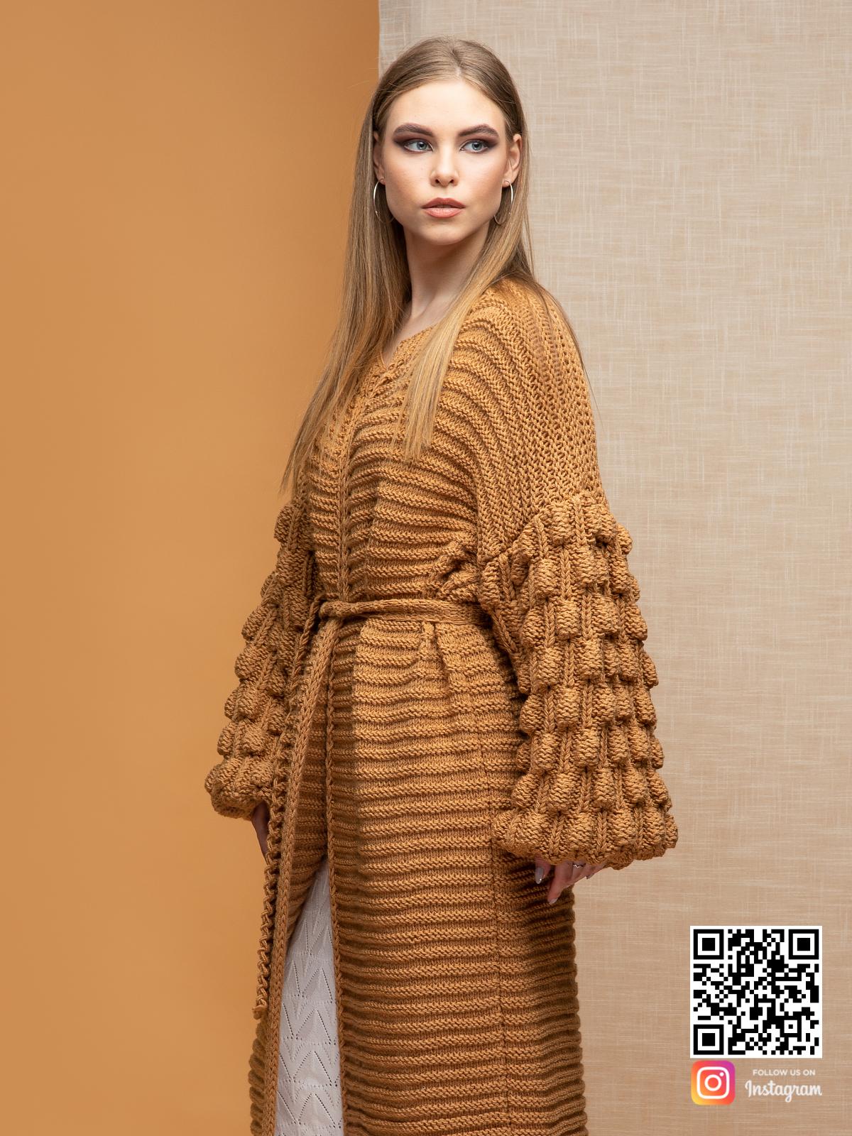 На третьей фотографии коричневый длинный кардиган с поясом от Shapar, бренда вязаной одежды ручной работы в интернет-магазине связанных спицами вещей.