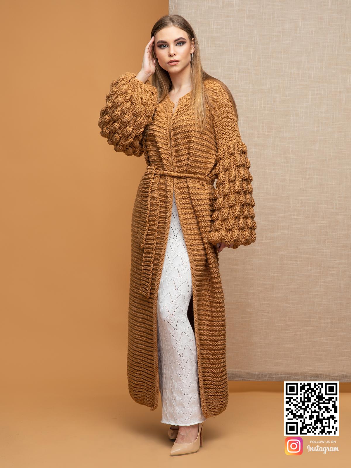 На фотографии коричневый длинный кардиган от Shapar, бренда вязаной одежды ручной работы в интернет-магазине связанных спицами вещей.