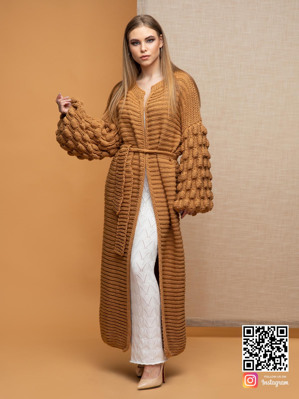 На четвертой фотографии коричневый длинный кардиган с объемными рукавами от Shapar, бренда вязаной одежды ручной работы в интернет-магазине связанных спицами вещей.