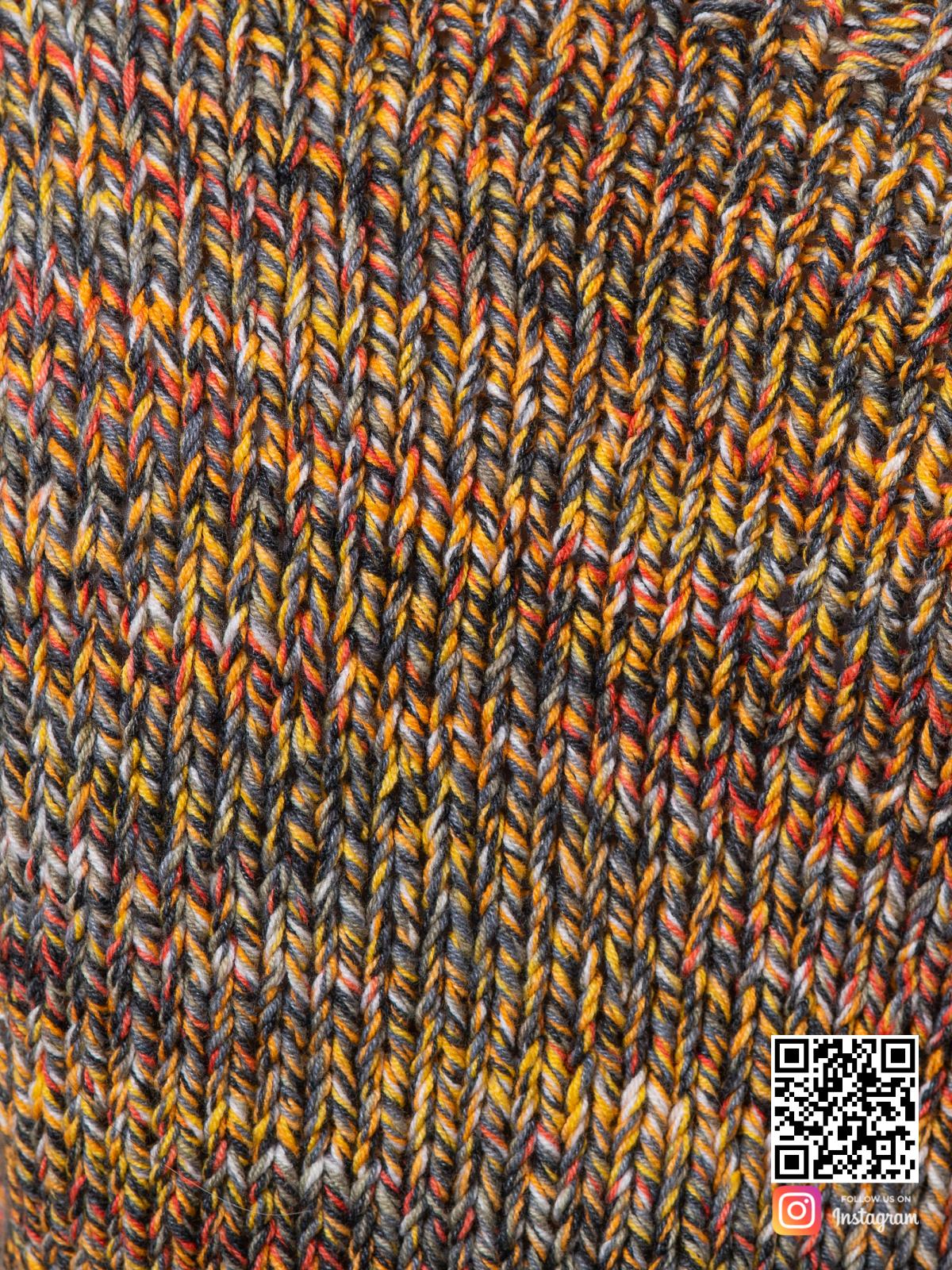 На седьмой фотографии коричневый свитер женский крупным планом от Shapar, бренда вязаной одежды ручной работы в интернет-магазине связанных спицами вещей.