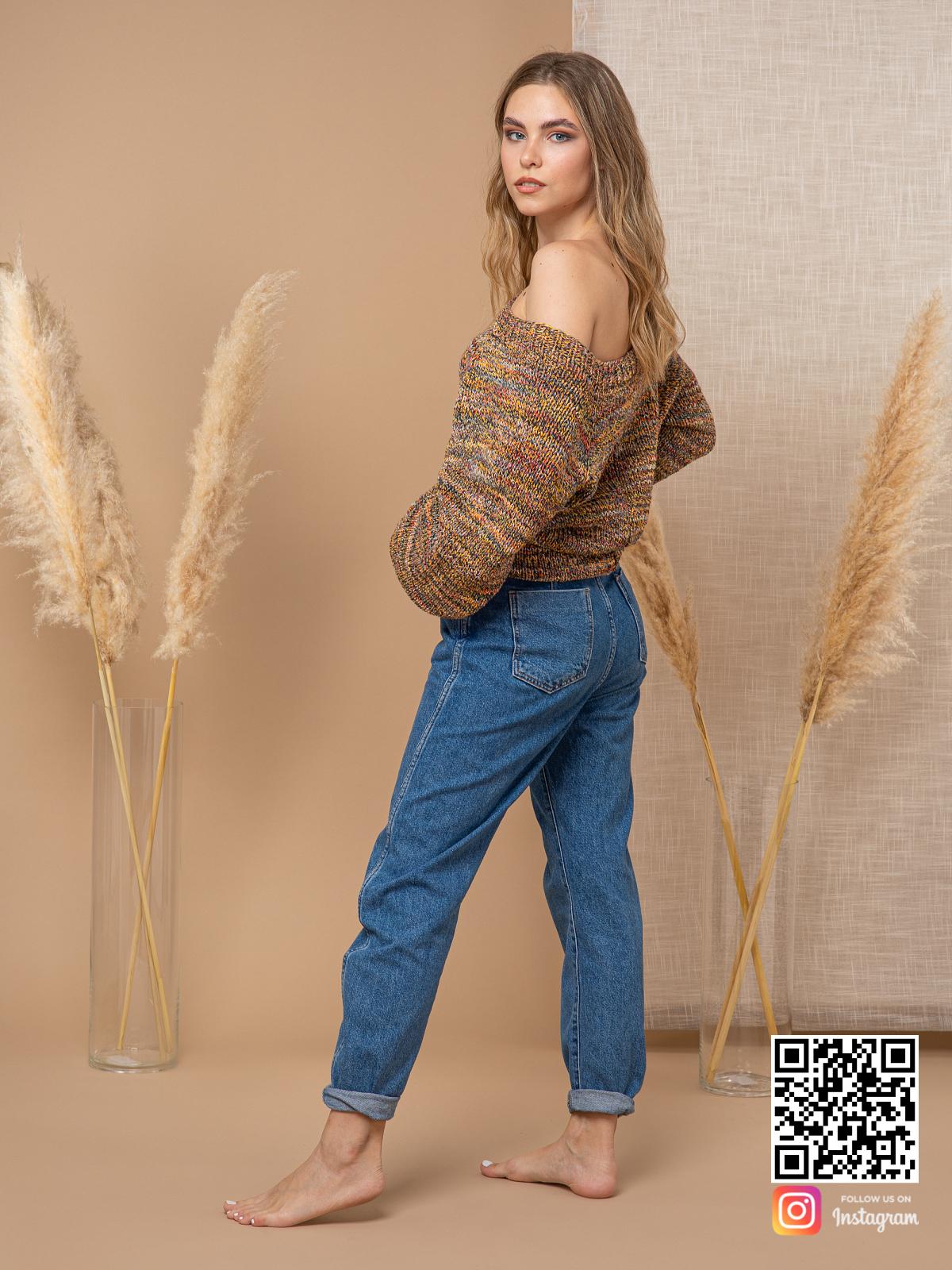 На третьей фотографии коричневый свитер женский на одно плечо от Shapar, бренда вязаной одежды ручной работы в интернет-магазине связанных спицами вещей.