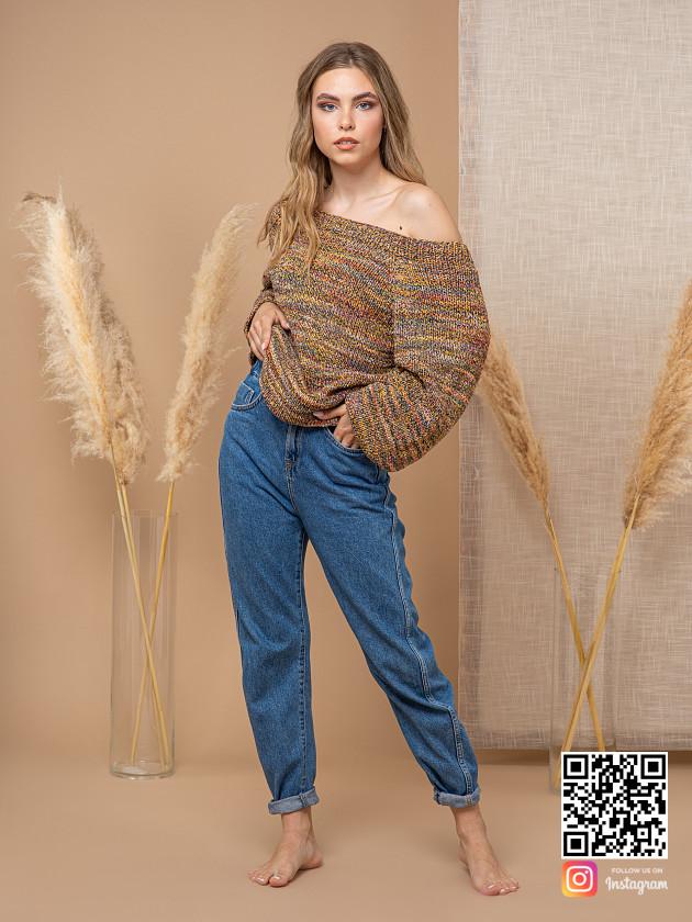 На фотографии коричневый свитер женский от Shapar, бренда вязаной одежды ручной работы в интернет-магазине связанных спицами вещей.