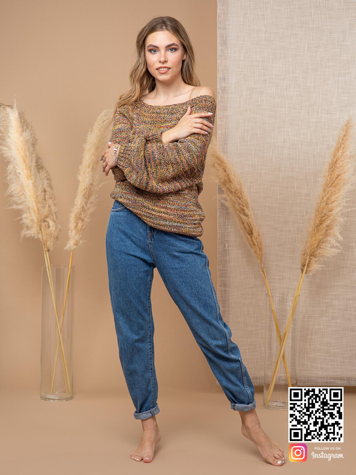 На четвертой фотографии коричневый свитер женский оверсайз от Shapar, бренда вязаной одежды ручной работы в интернет-магазине связанных спицами вещей.