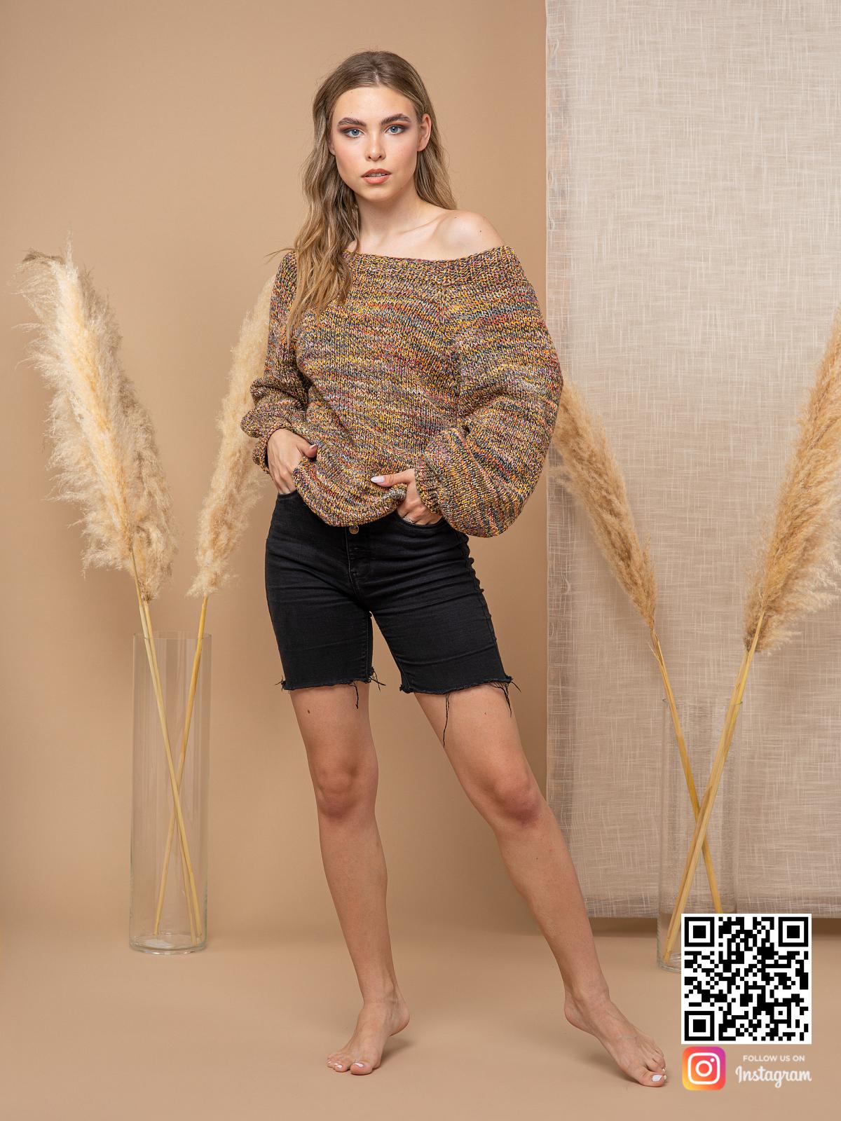 На пятой фотографии коричневый свитер женский со спущенным плечом от Shapar, бренда вязаной одежды ручной работы в интернет-магазине связанных спицами вещей.