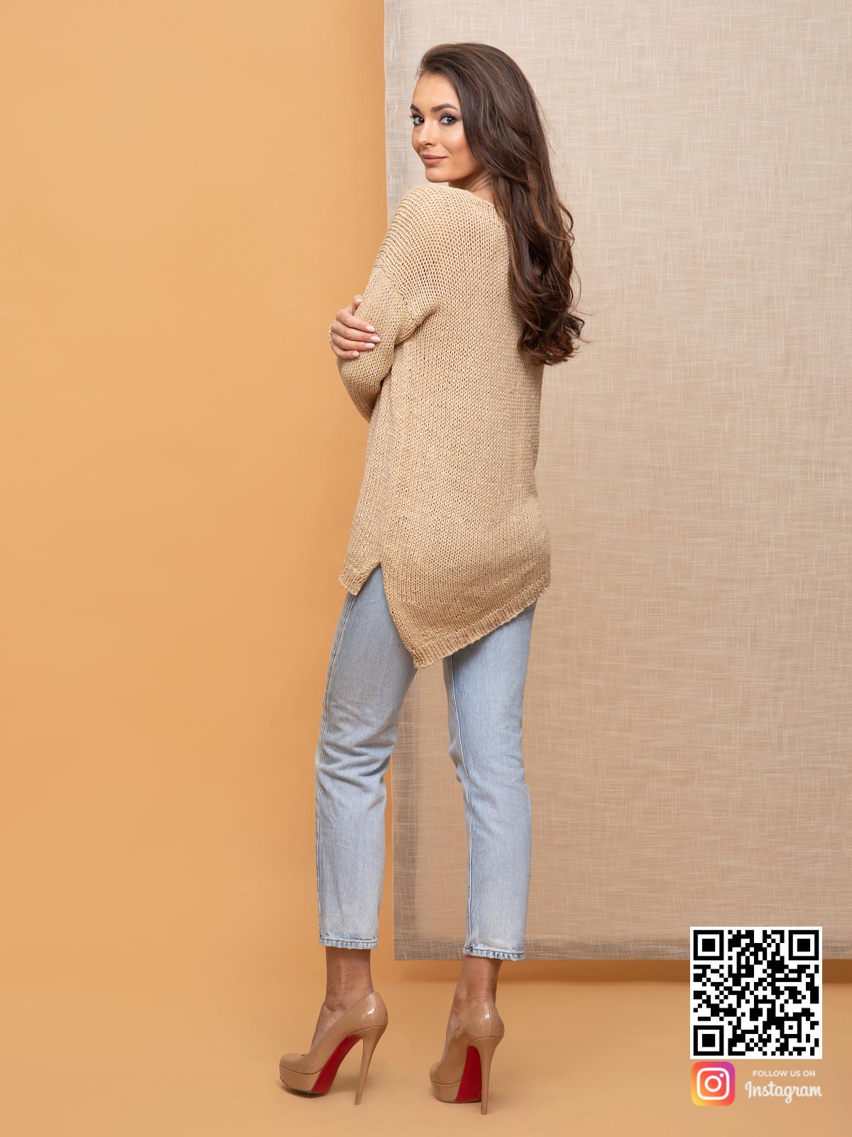 На пятой фотографии женский коричневый вязаный свитер с асимметричным низом от Shapar, бренда одежды ручной работы в интернет-магазине связанных спицами вещей.