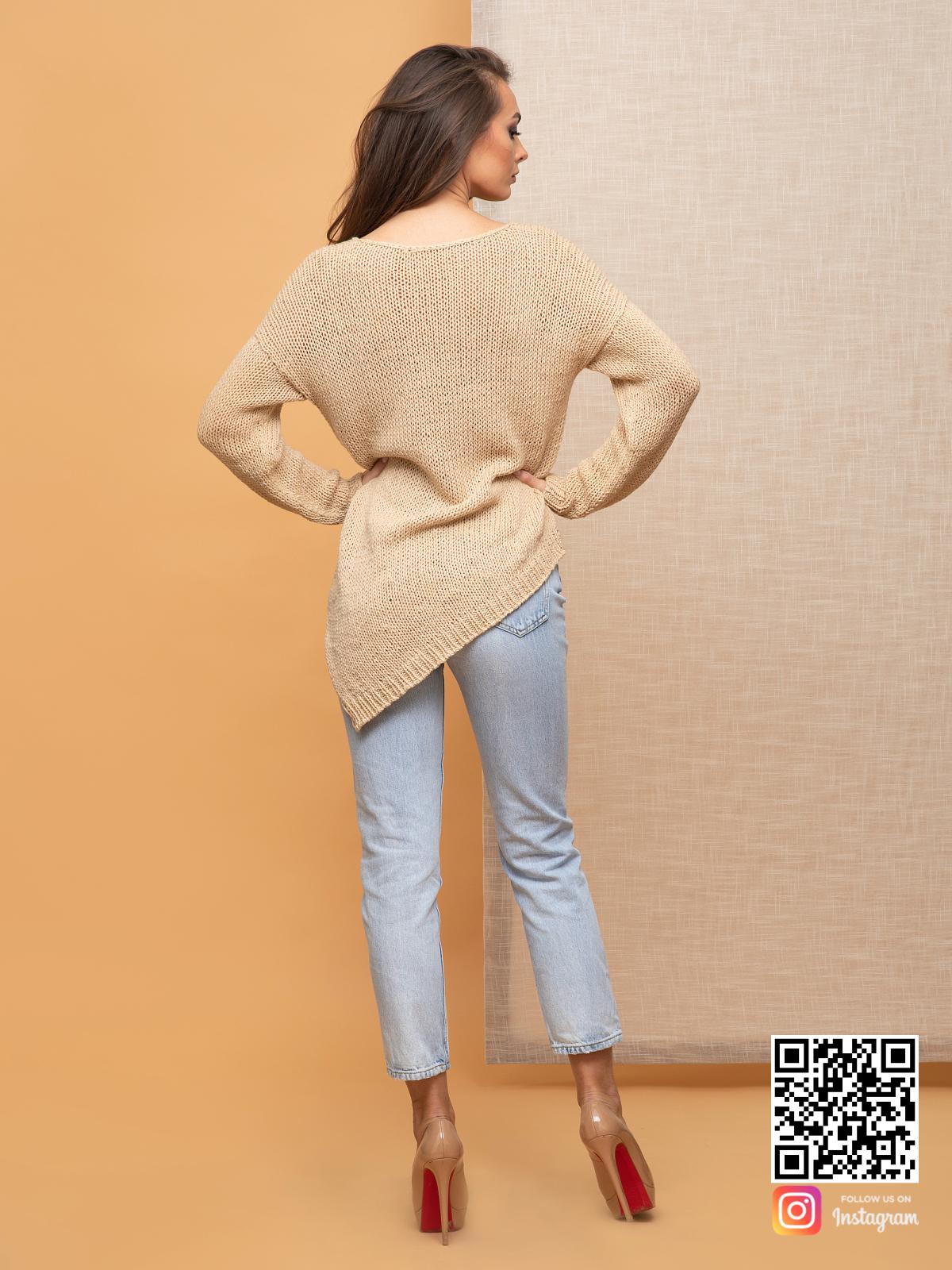 На второй фотографии женский коричневый вязаный свитер со спины от Shapar, бренда одежды ручной работы в интернет-магазине связанных спицами вещей.