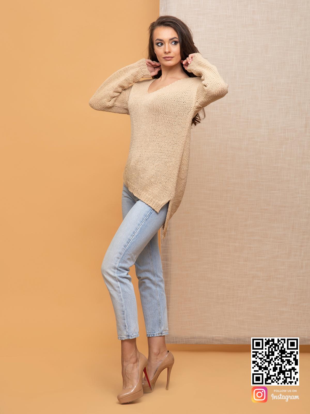 На четвертой фотографии женский коричневый вязаный свитер с V вырезом от Shapar, бренда одежды ручной работы в интернет-магазине связанных спицами вещей.