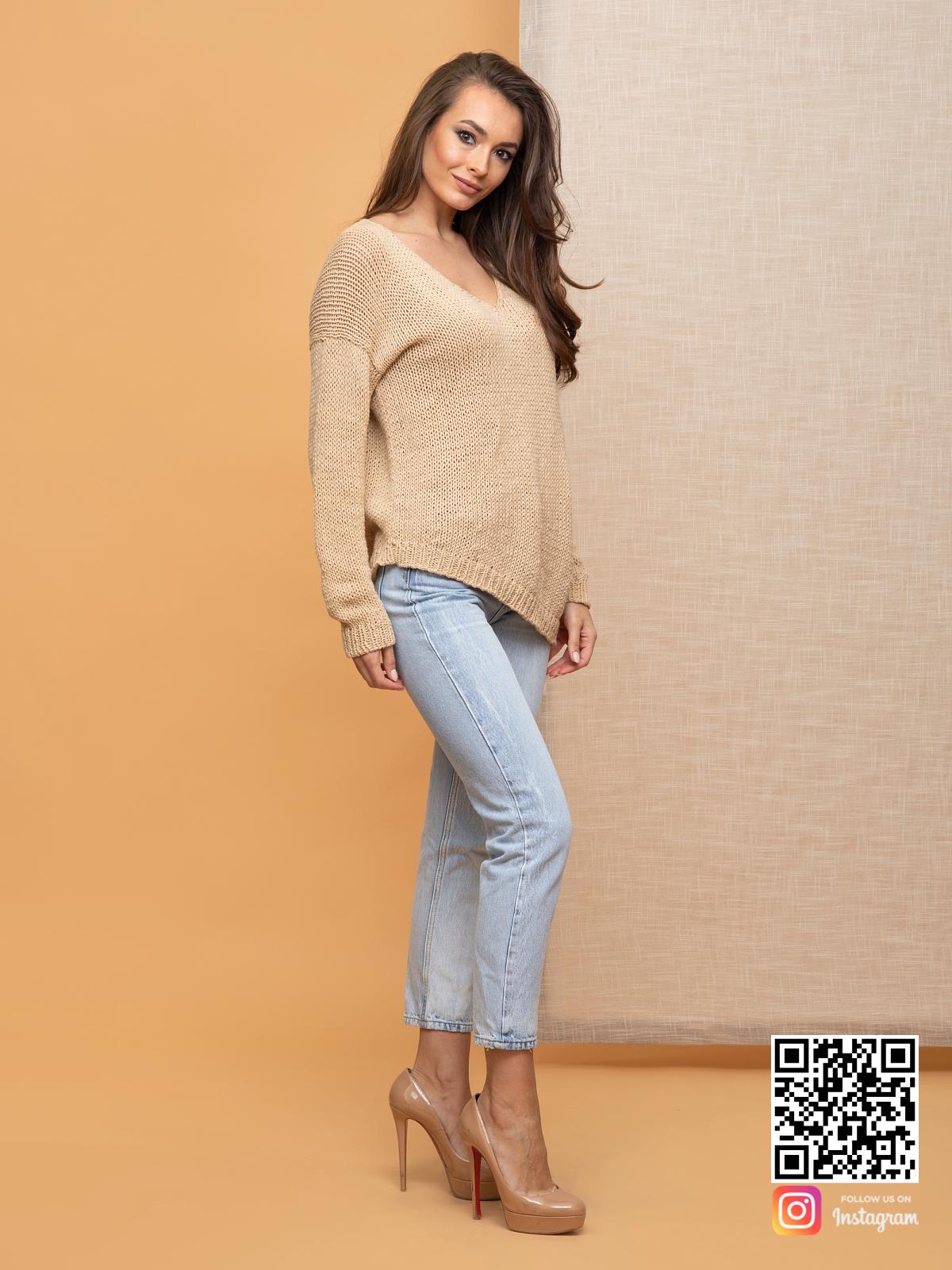 На третьей фотографии женский коричневый вязаный свитер из хлопка от Shapar, бренда одежды ручной работы в интернет-магазине связанных спицами вещей.