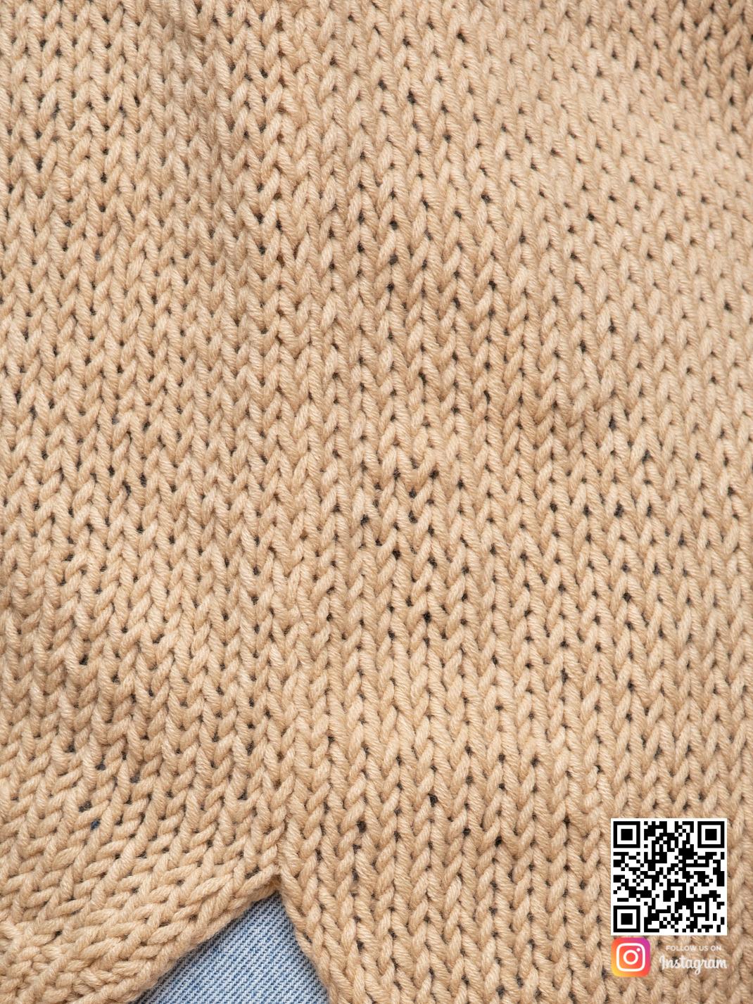 На шестой фотографии коричневый вязаный свитер крупным планом от Shapar, бренда одежды ручной работы в интернет-магазине связанных спицами вещей.