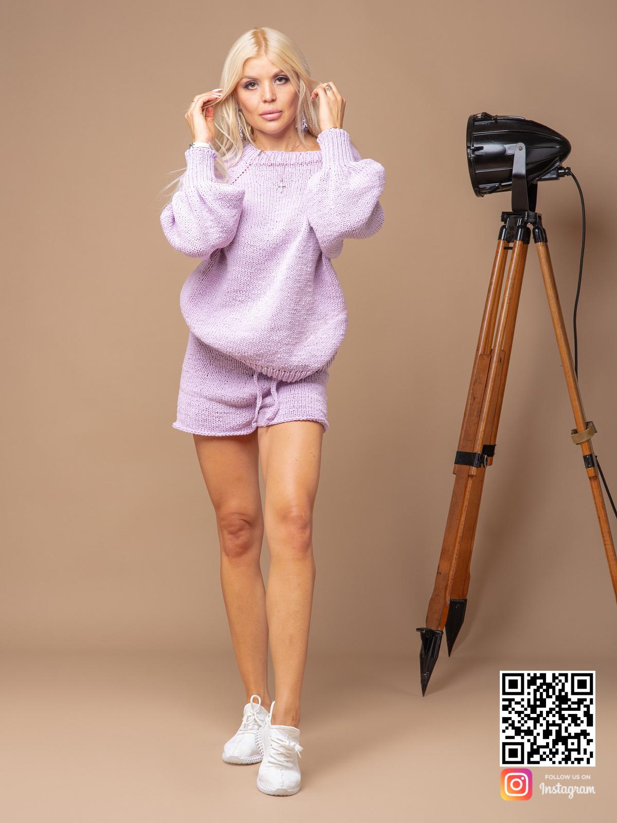 На фотографии костюм оверсайз женский с шортами от Shapar, бренда вязаной одежды ручной работы в интернет-магазине связанных спицами вещей.