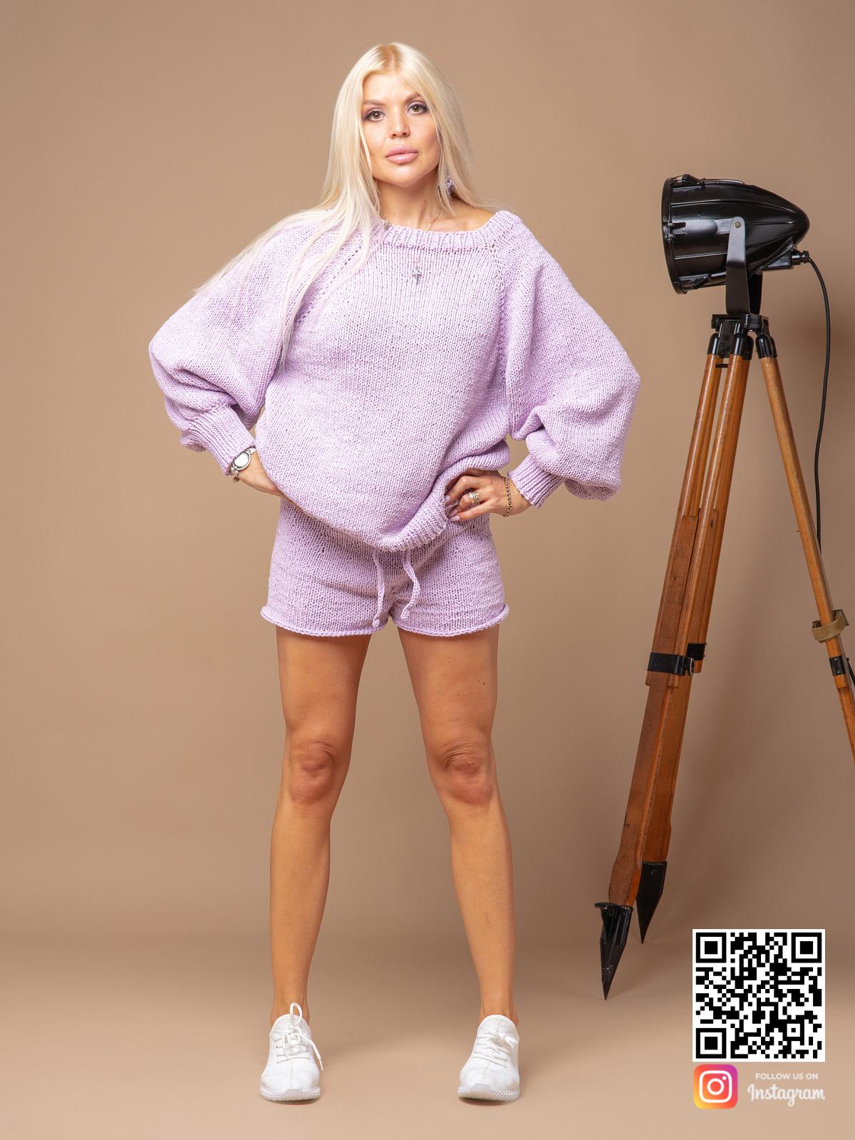 На четвертой фотографии сиреневый костюм оверсайз женский с шортами от Shapar, бренда вязаной одежды ручной работы в интернет-магазине связанных спицами вещей.