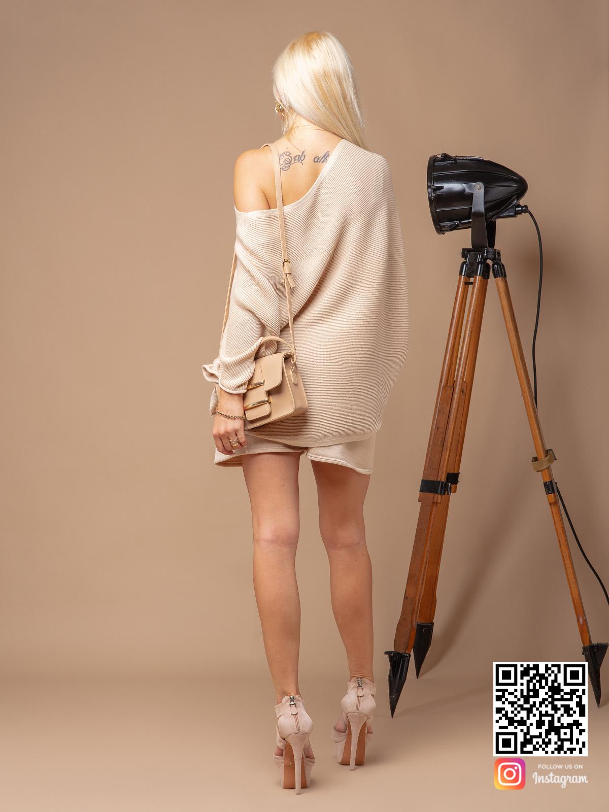На второй фотографии женский костюм с шортами оверсайз со спины от Shapar, бренда вязаной одежды ручной работы в интернет-магазине связанных спицами вещей.