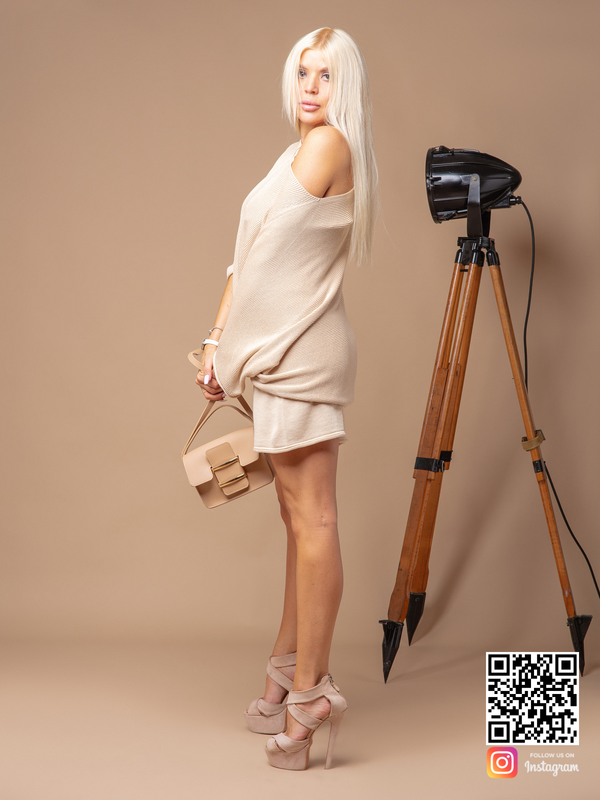 На третьей фотографии женский костюм с шортами оверсайз на одно плечо от Shapar, бренда вязаной одежды ручной работы в интернет-магазине связанных спицами вещей.