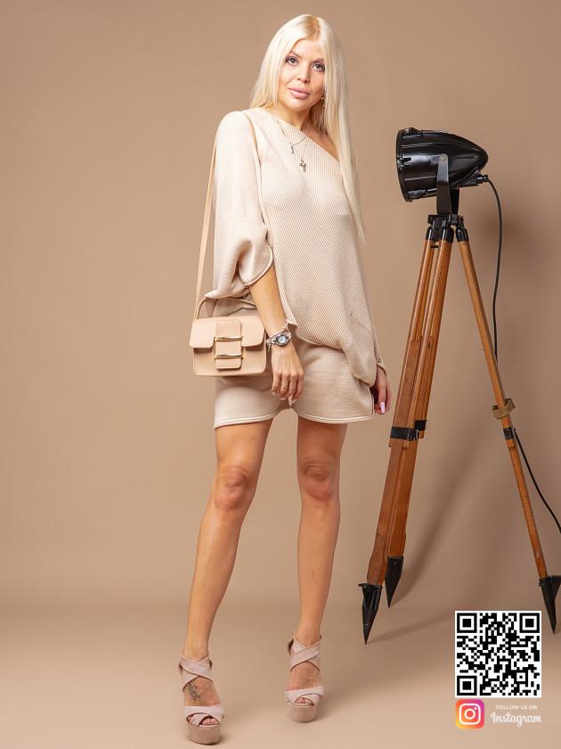 На фотографии женский костюм с шортами оверсайз от Shapar, бренда вязаной одежды ручной работы в интернет-магазине связанных спицами вещей.